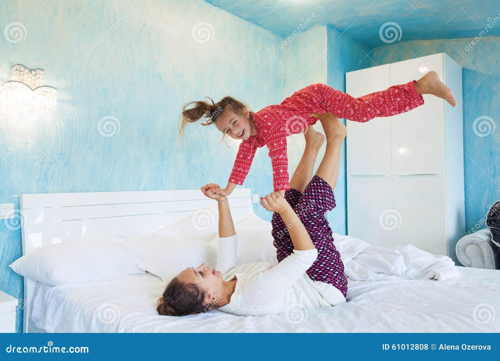 Усыпил мату и, Подлил снотворного русской мамаше и отодрал ее спящую 23 фотография