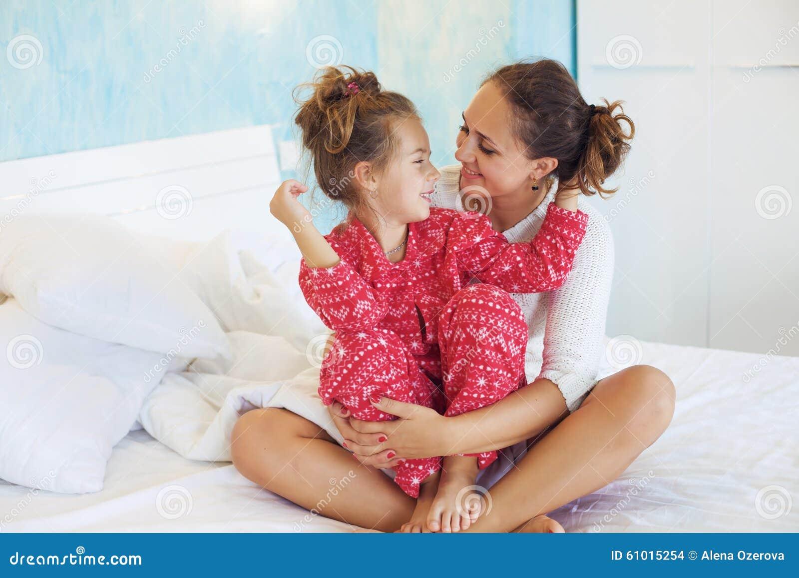 Смотреть секс мама дочка, В инцест видео мамы с дочкой есть место и соблазну 24 фотография
