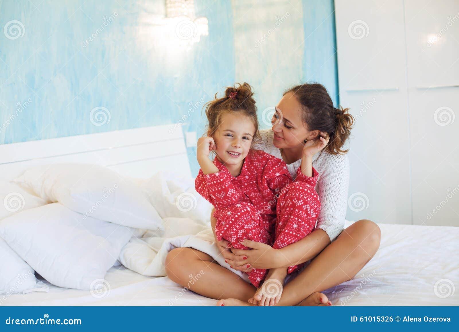 мама на кровати