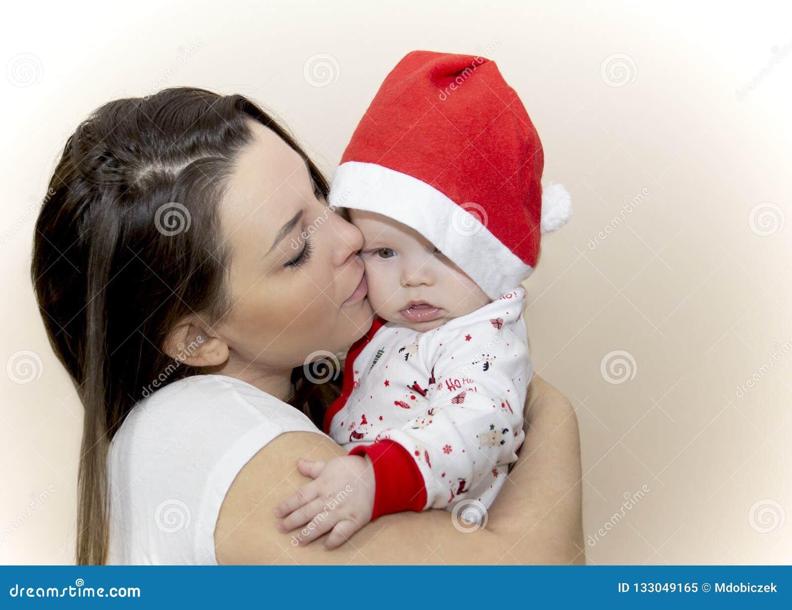 Мама целует маленькое Санта