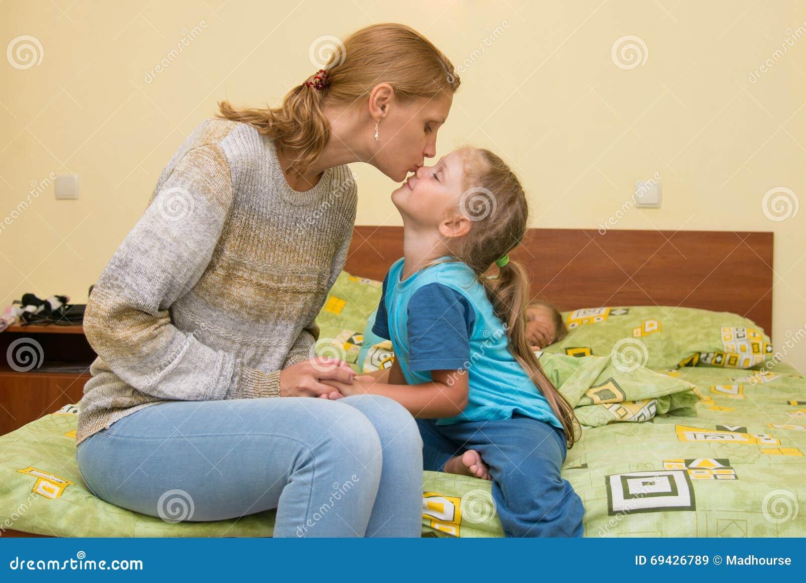 Мама и дочка язык к языку целуются