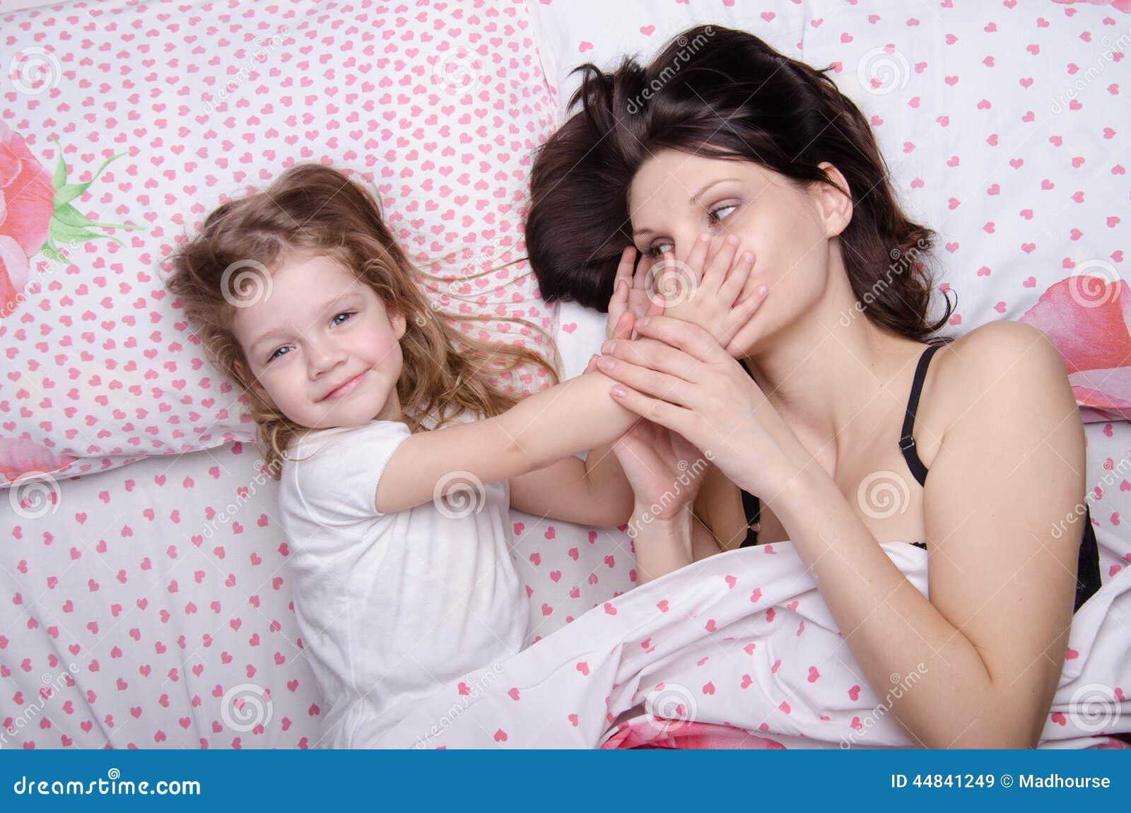 Трахнул свою дочь и мать, Секс с дочерью » Порно мамочки онлайн Full HD 23 фотография