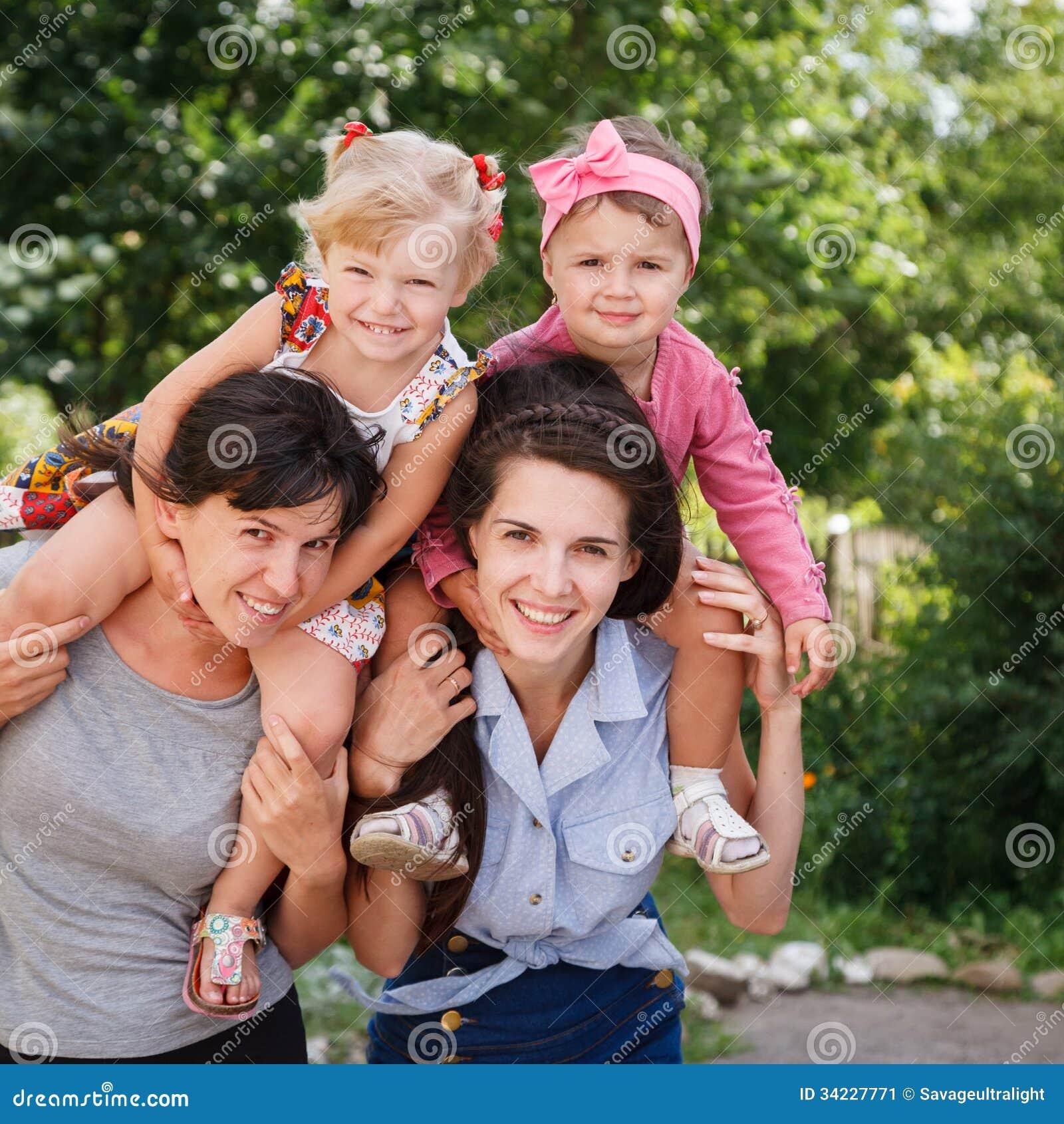2 мамы с их детьми