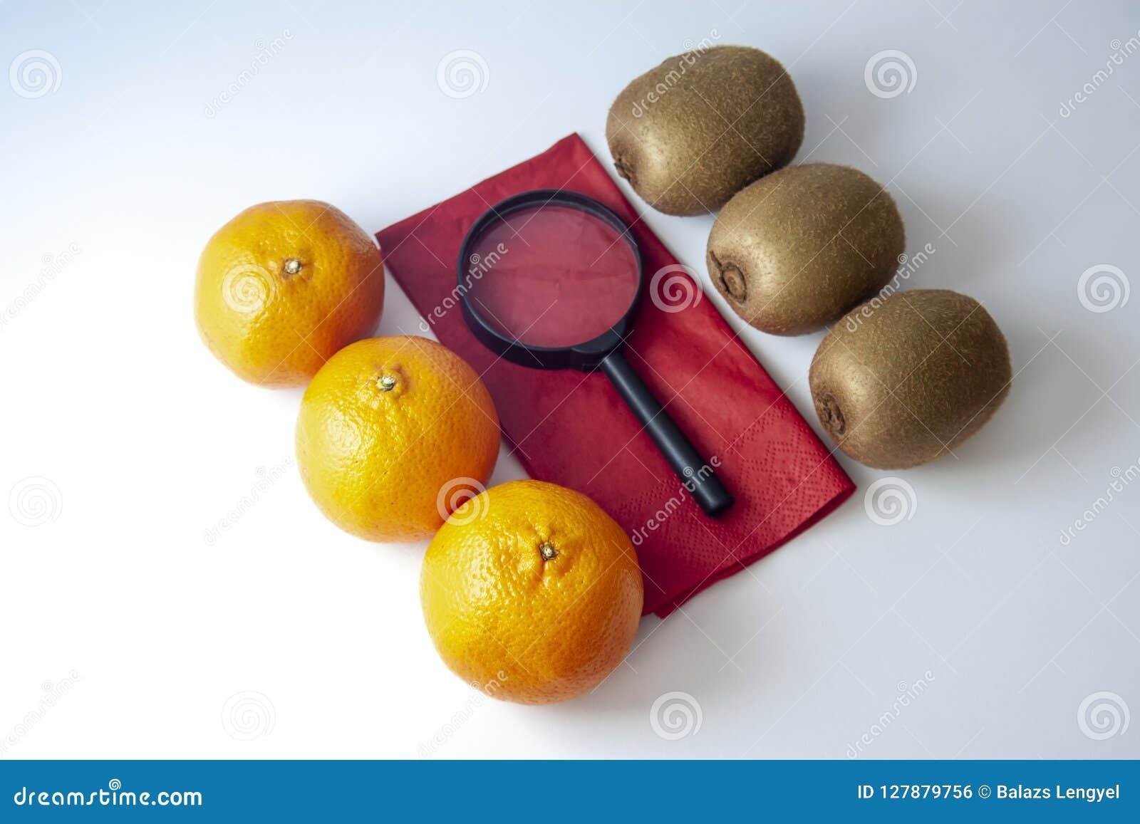 3 мандарина против 3 кивиов с черной лупой