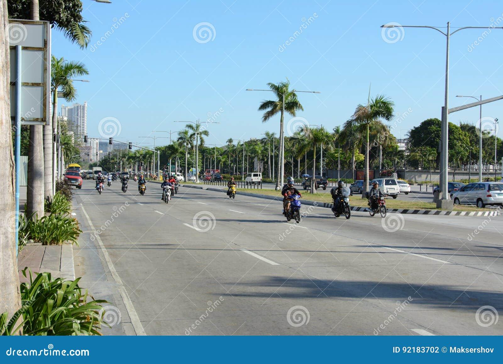 Манила, Филиппины - 8-ое марта 2016: Движение на обычной улице в Маниле