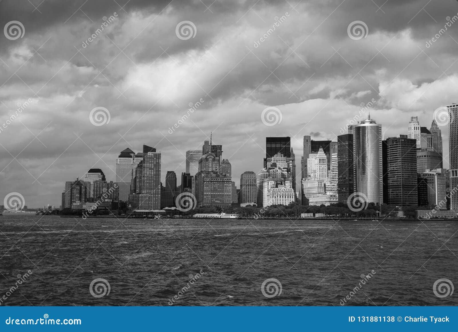 Манхэттен как осмотрено от парома острова Staten - южной западной подсказки - черно-белого