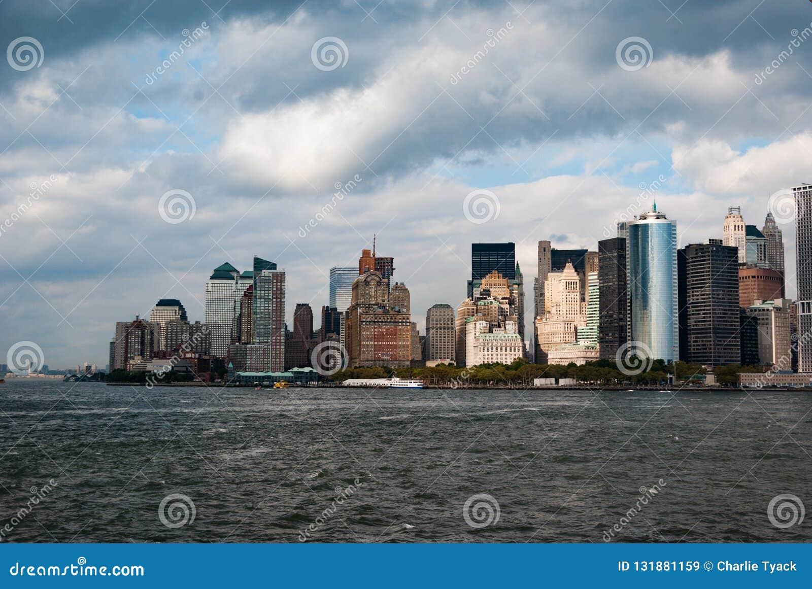 Манхэттен как осмотрено от парома острова Staten - южной западной подсказки - в цвете