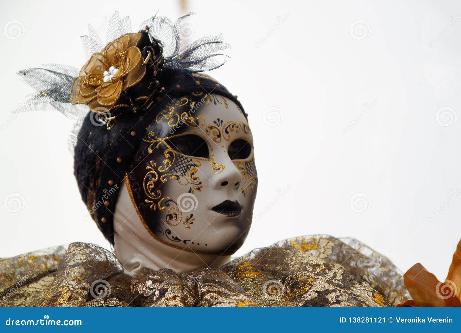 Маска и костюм масленицы золото-черные на традиционном фестивале в Венеции, Италии