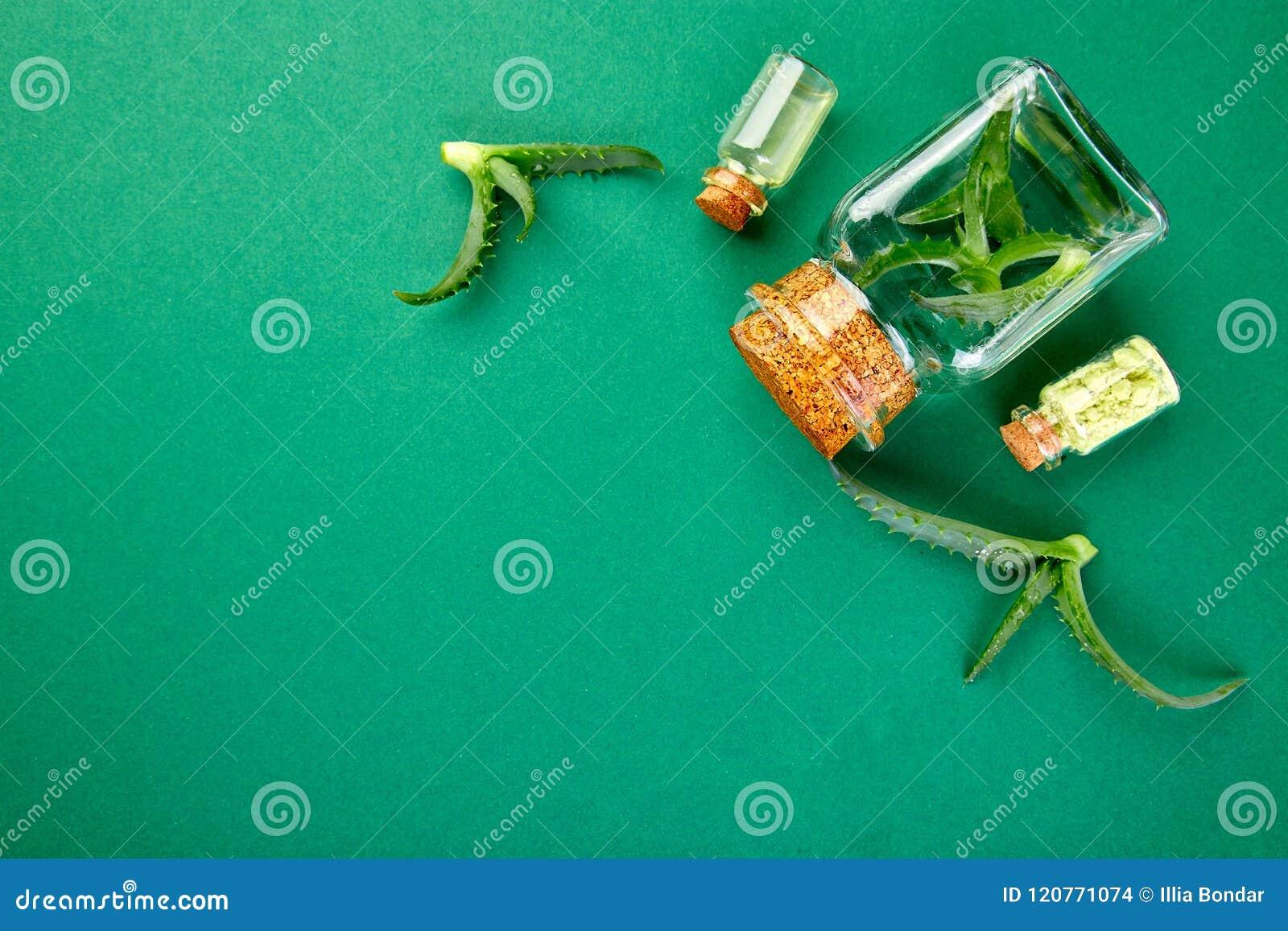 Масло vera алоэ в стеклянной бутылке и полотенце для курорта