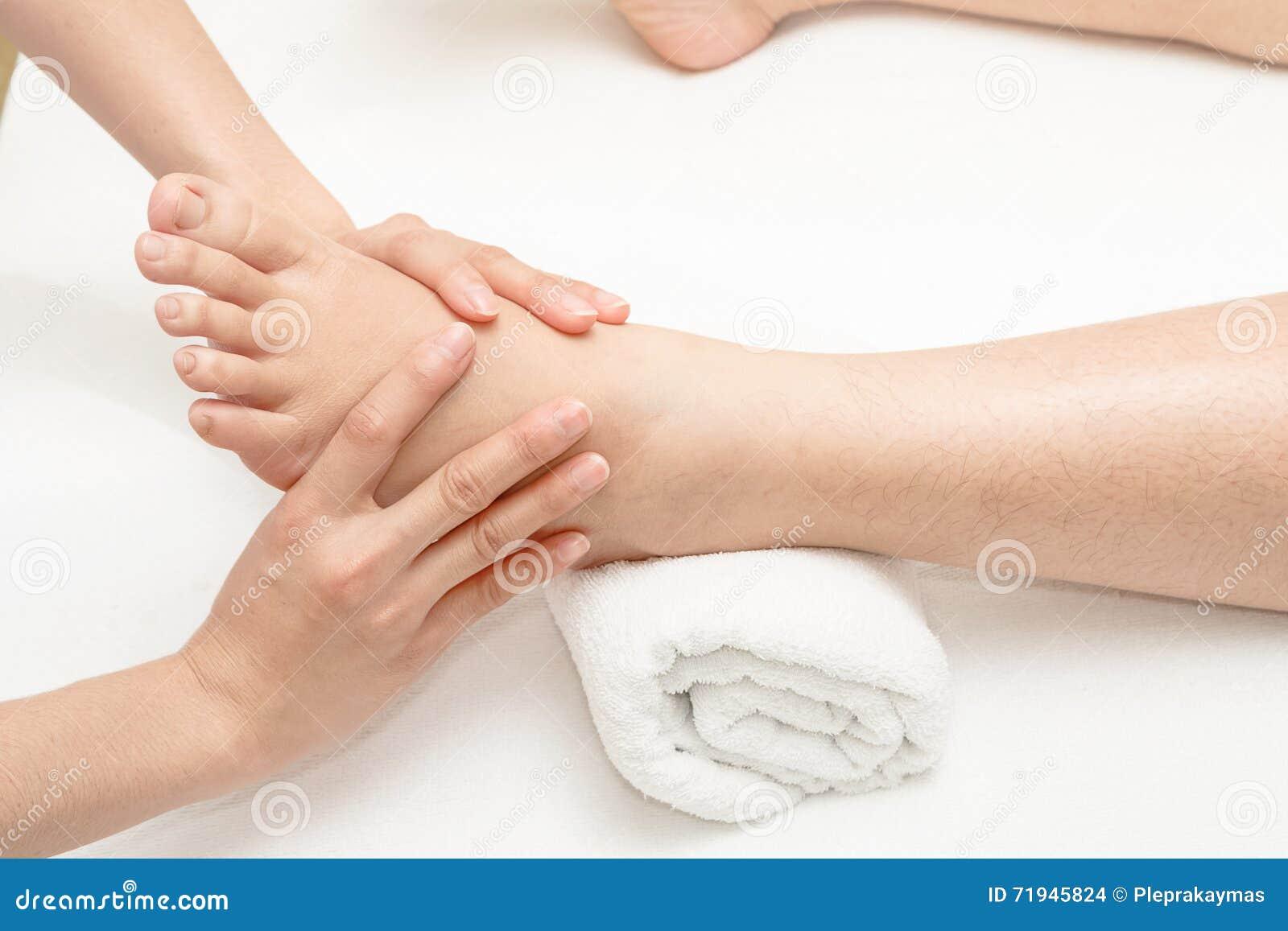 Массаж ноги, нога massagingn рук терапевта
