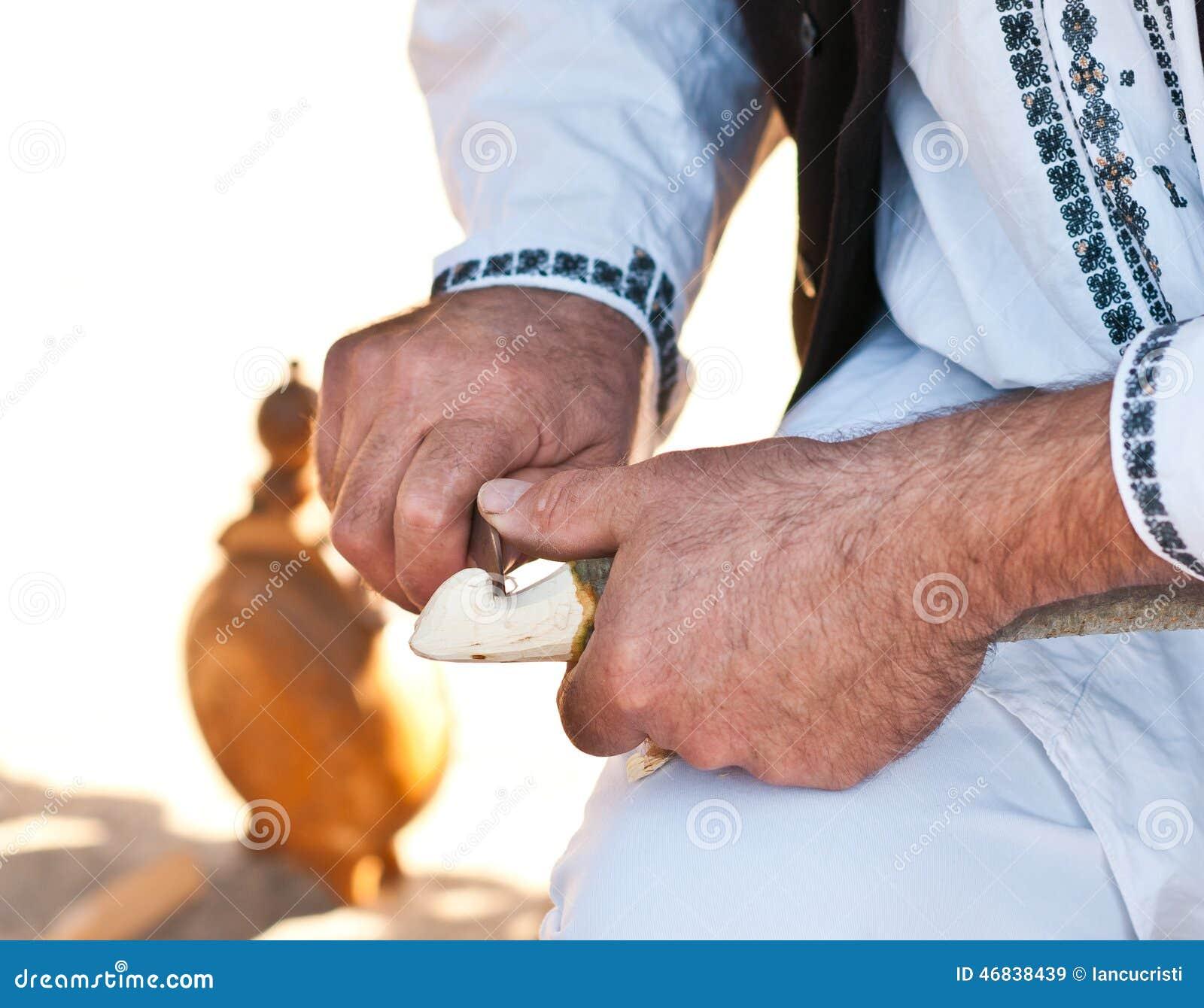 Мастер работника деревянный, деталь ремесленника, традиция и старая работа Работа рук румынского ремесленника мужская скульптор