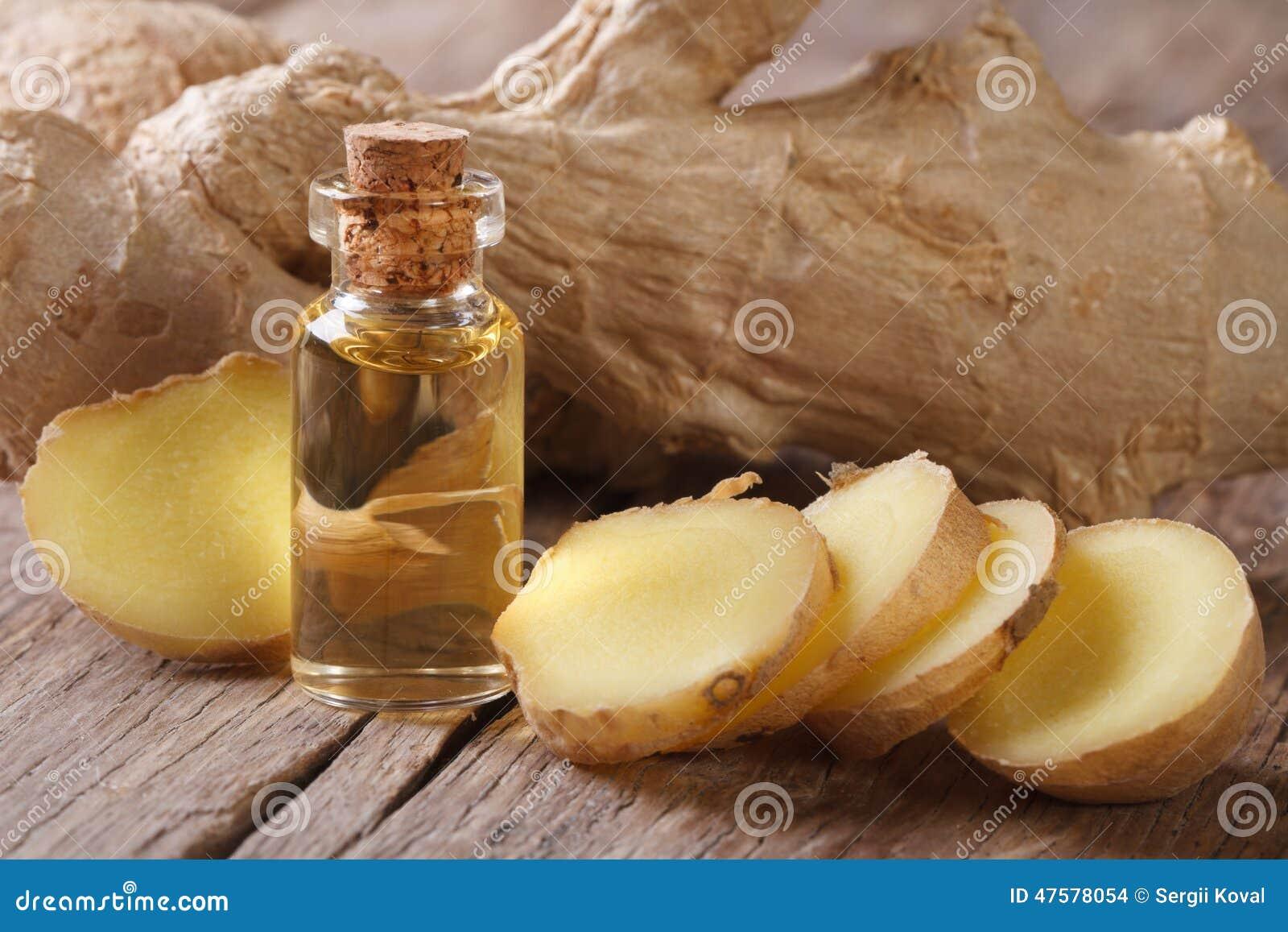Масло имбиря в малом макросе и корне стеклянной бутылки