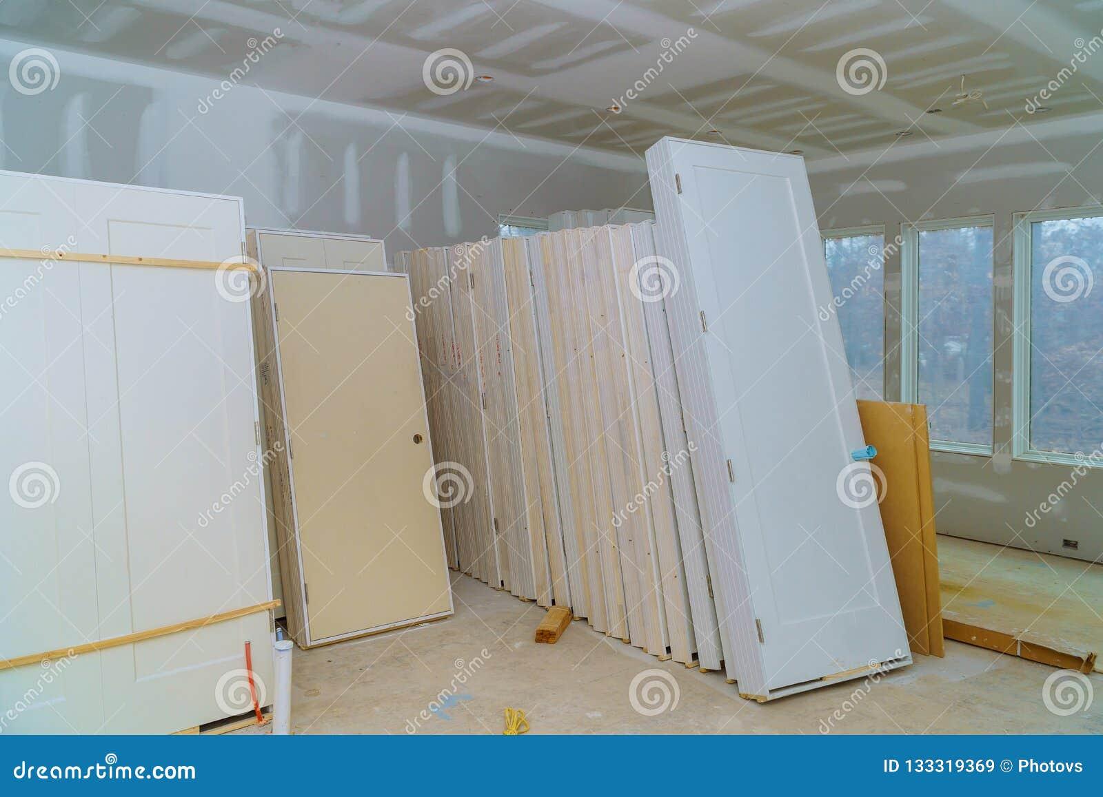 Материал для ремонтов в квартире под конструкцией, remodeling, отстраивать заново и реновации для нового дома дверь раньше