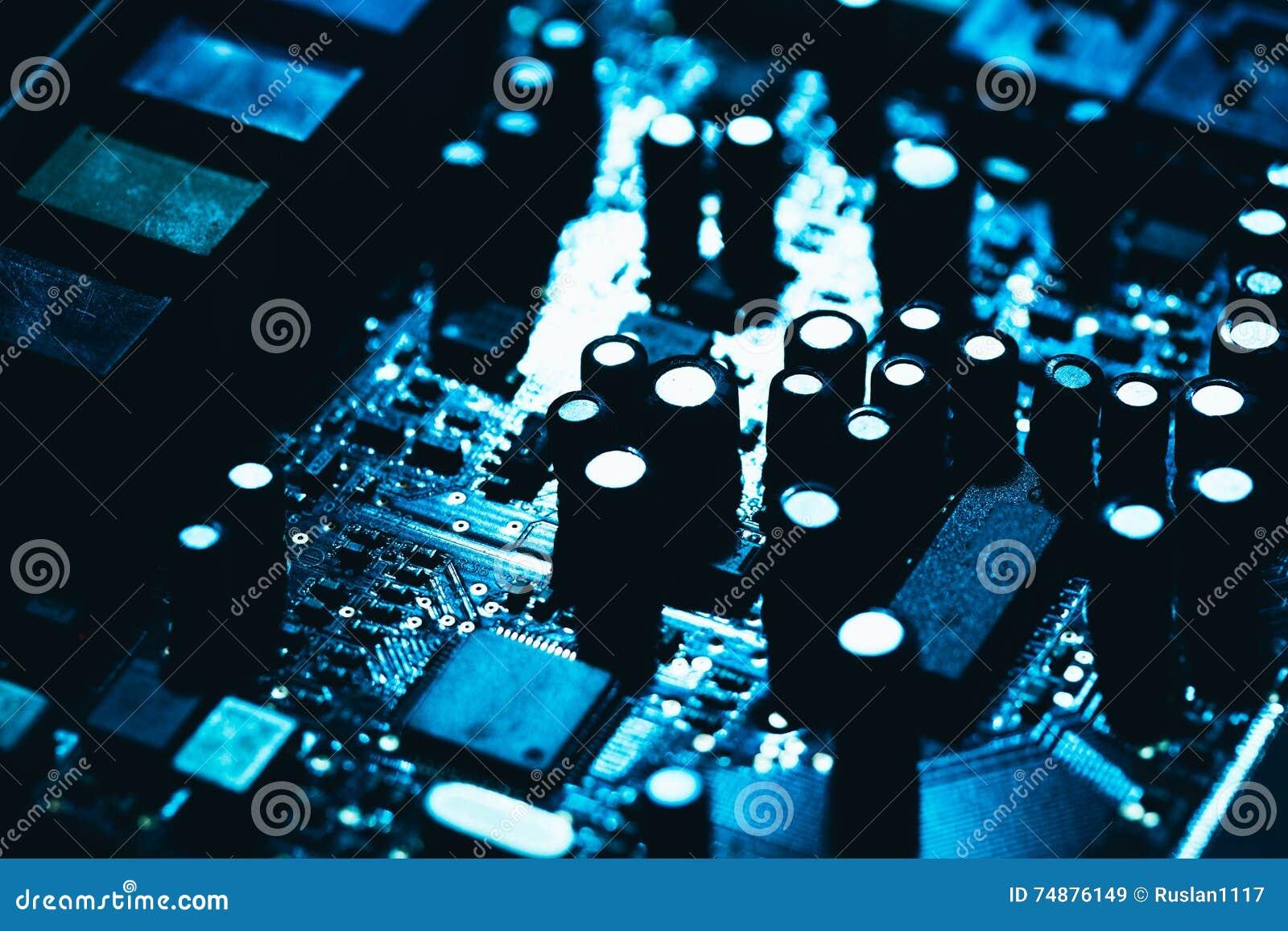 Материнская плата компьютера в голубом темном конце-вверх предпосылки