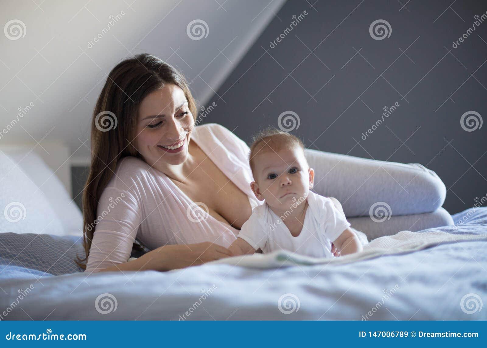 Материнство изумительно с это милое маленькое одним