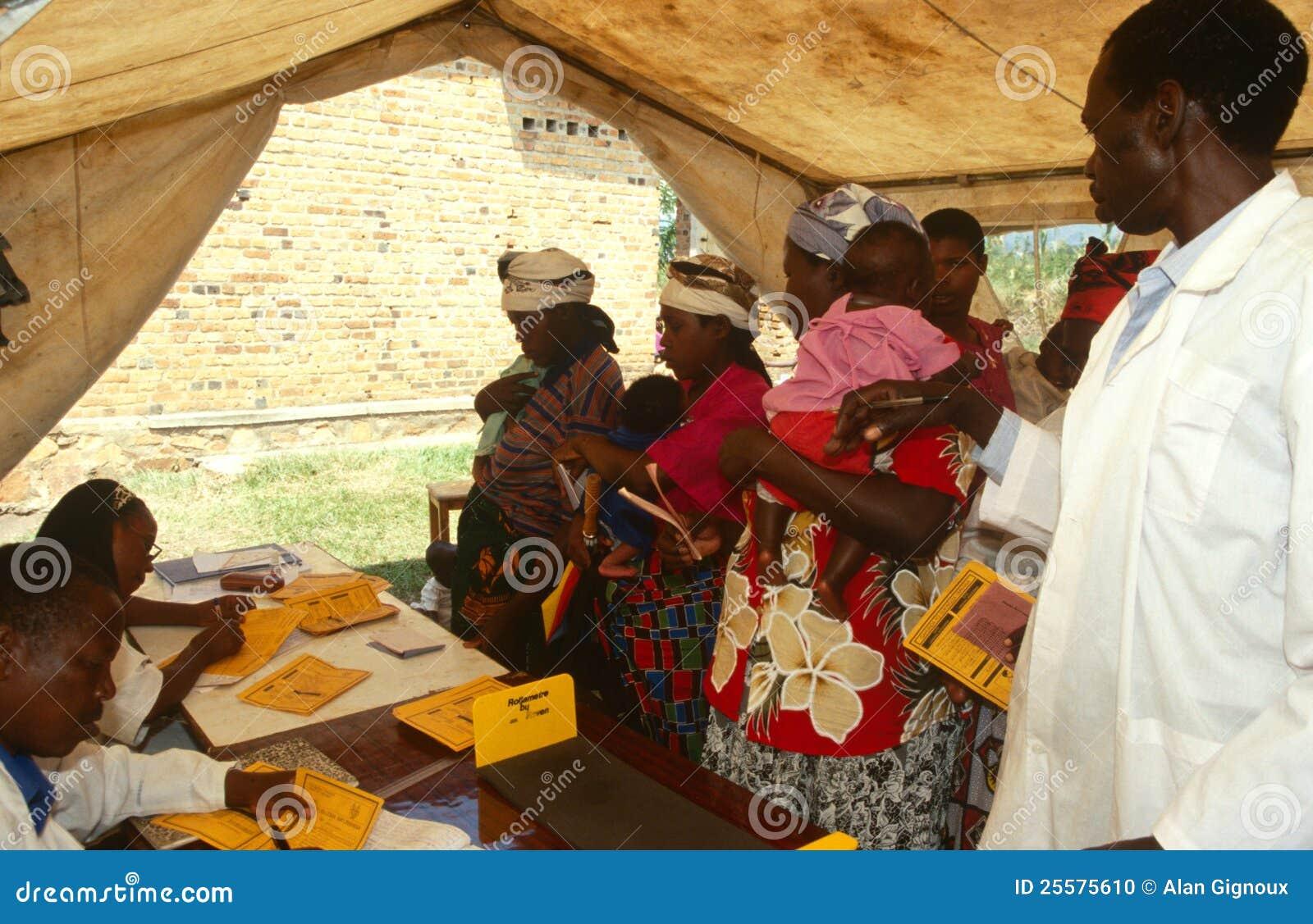 Матери и младенцы на передвижной клинике здоровья, Руанда