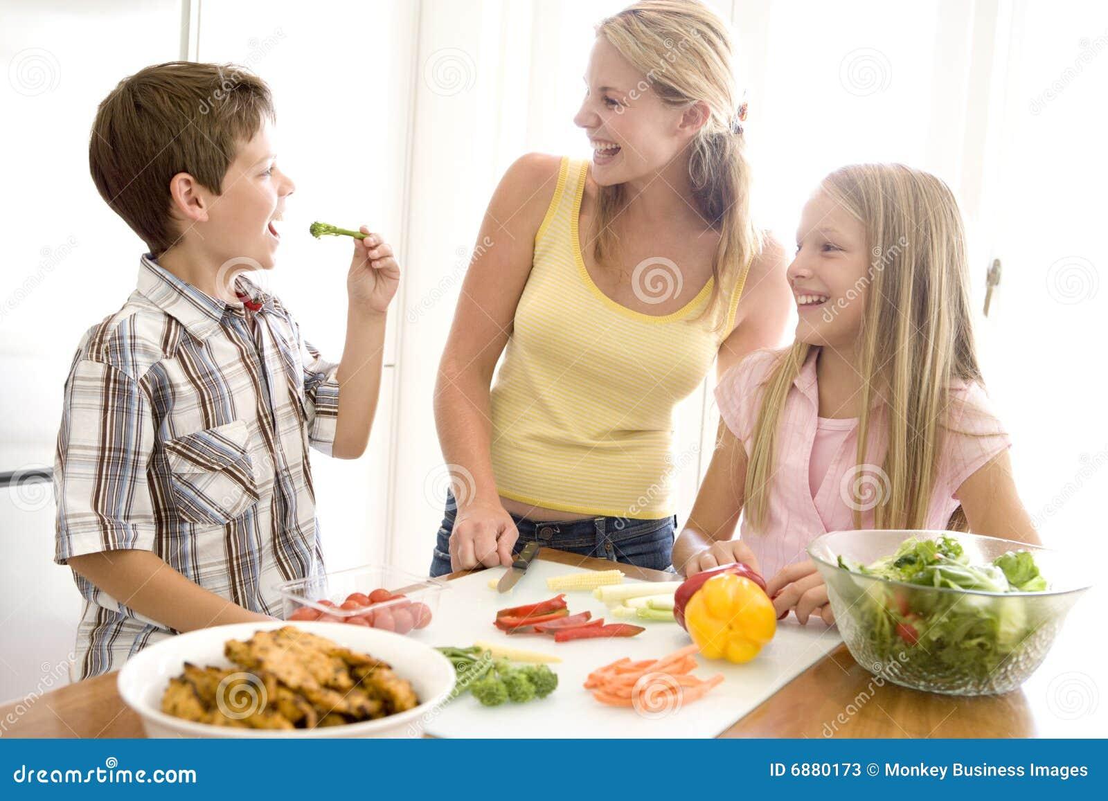 Как приготовить еду детям для мамы