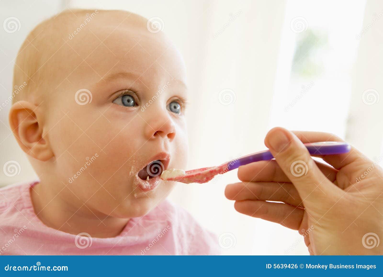 мать еды младенца подавая к