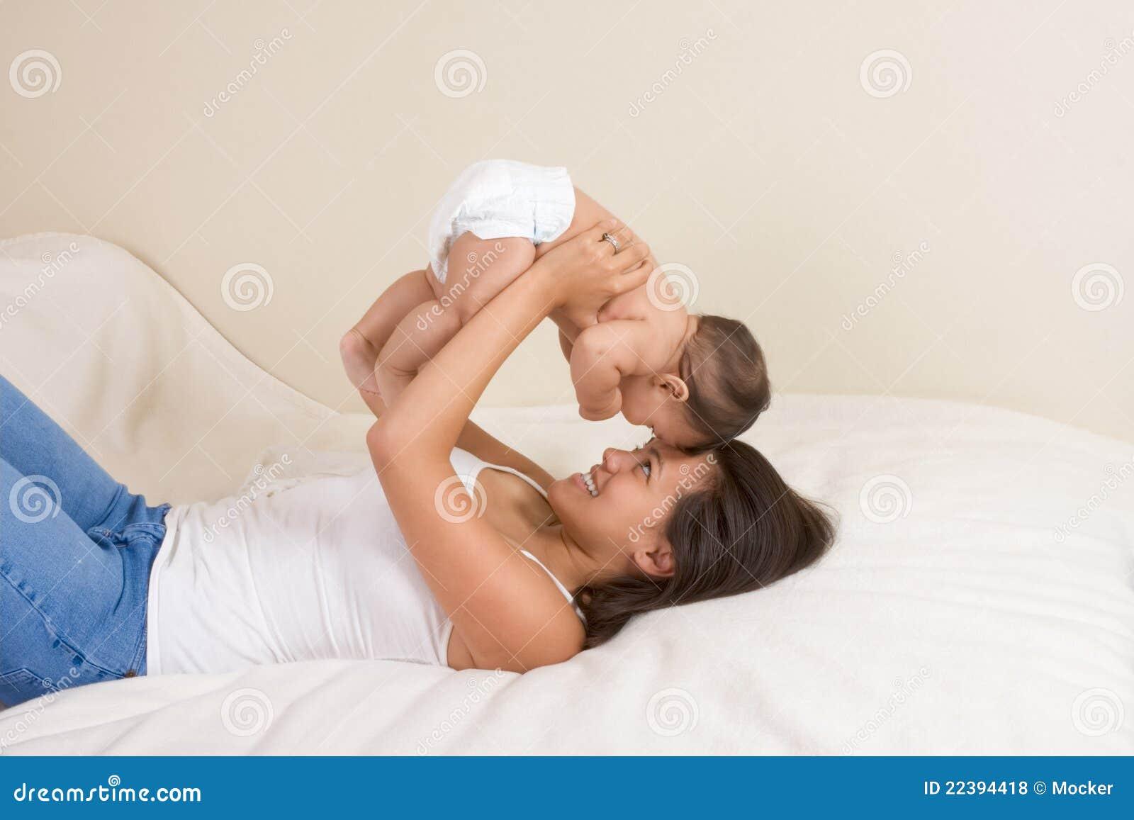 Мать играя с ее сынком ребёнка