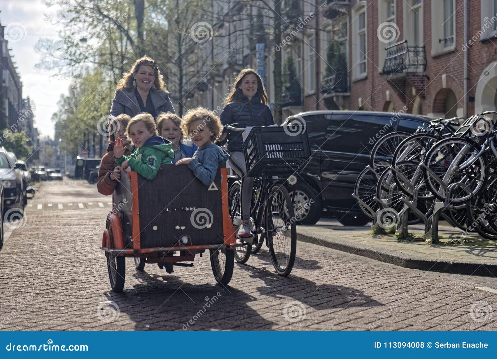 Мать и дети ехать велосипед в Амстердаме