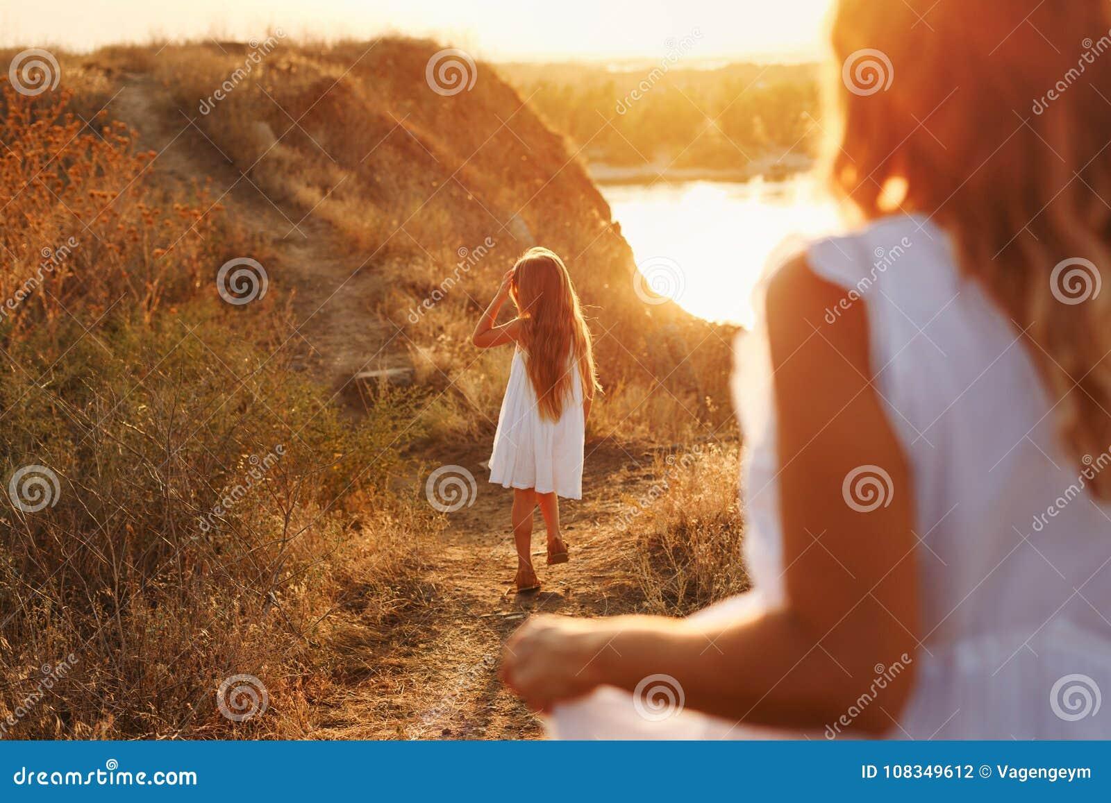 Мать и дочь на прогулке в сельской местности