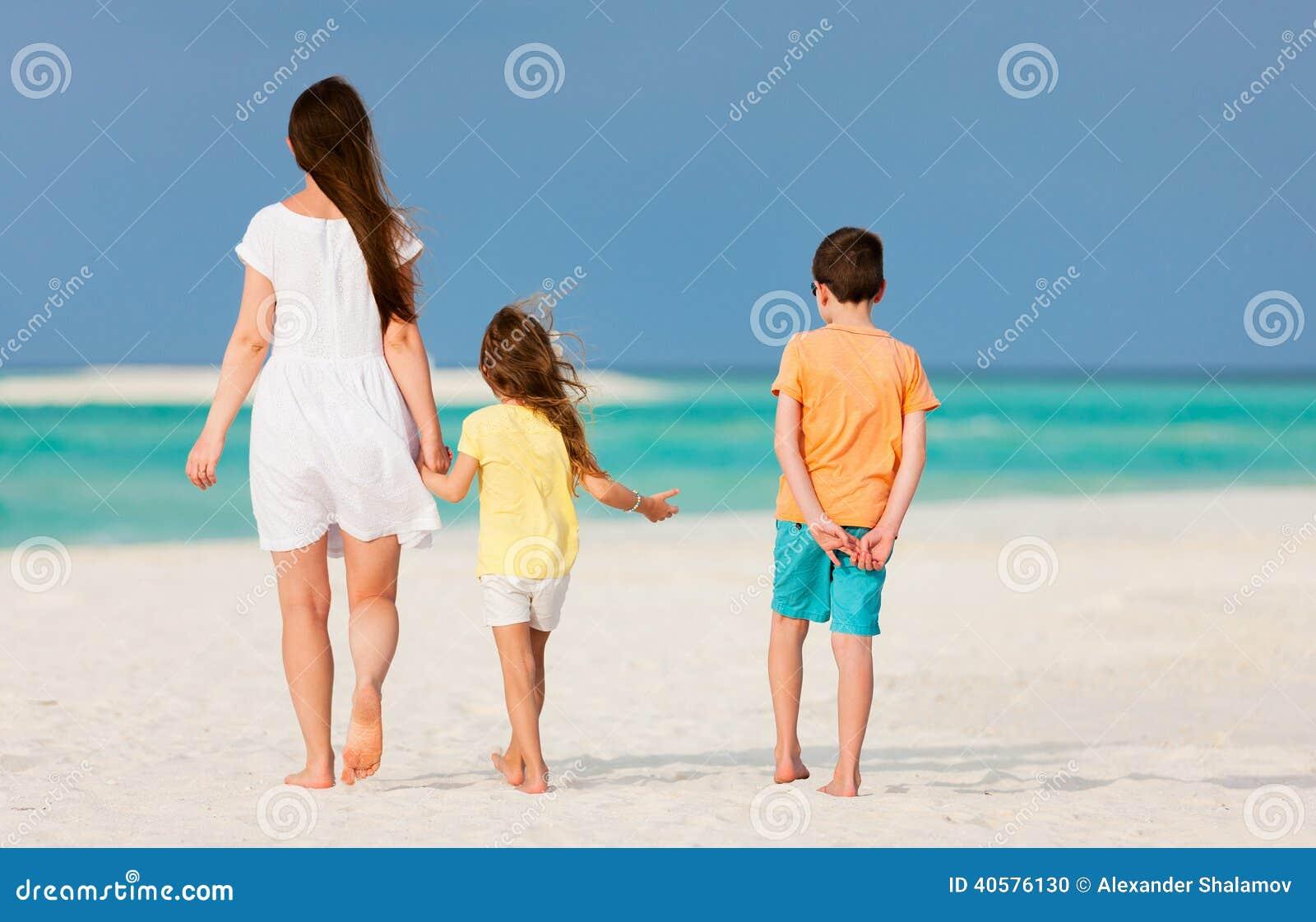 Мать и малыши на тропическом пляже