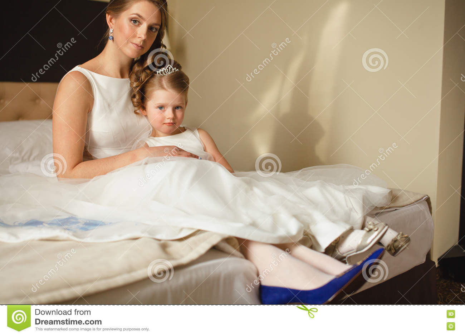 Мать и дочь в таких же платьях свадьбы