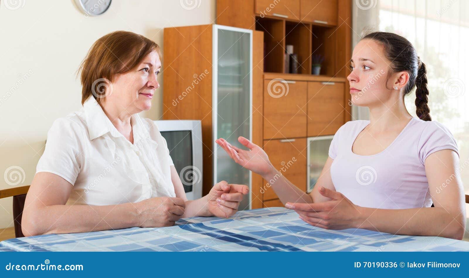 Мать и дочь имея переговор