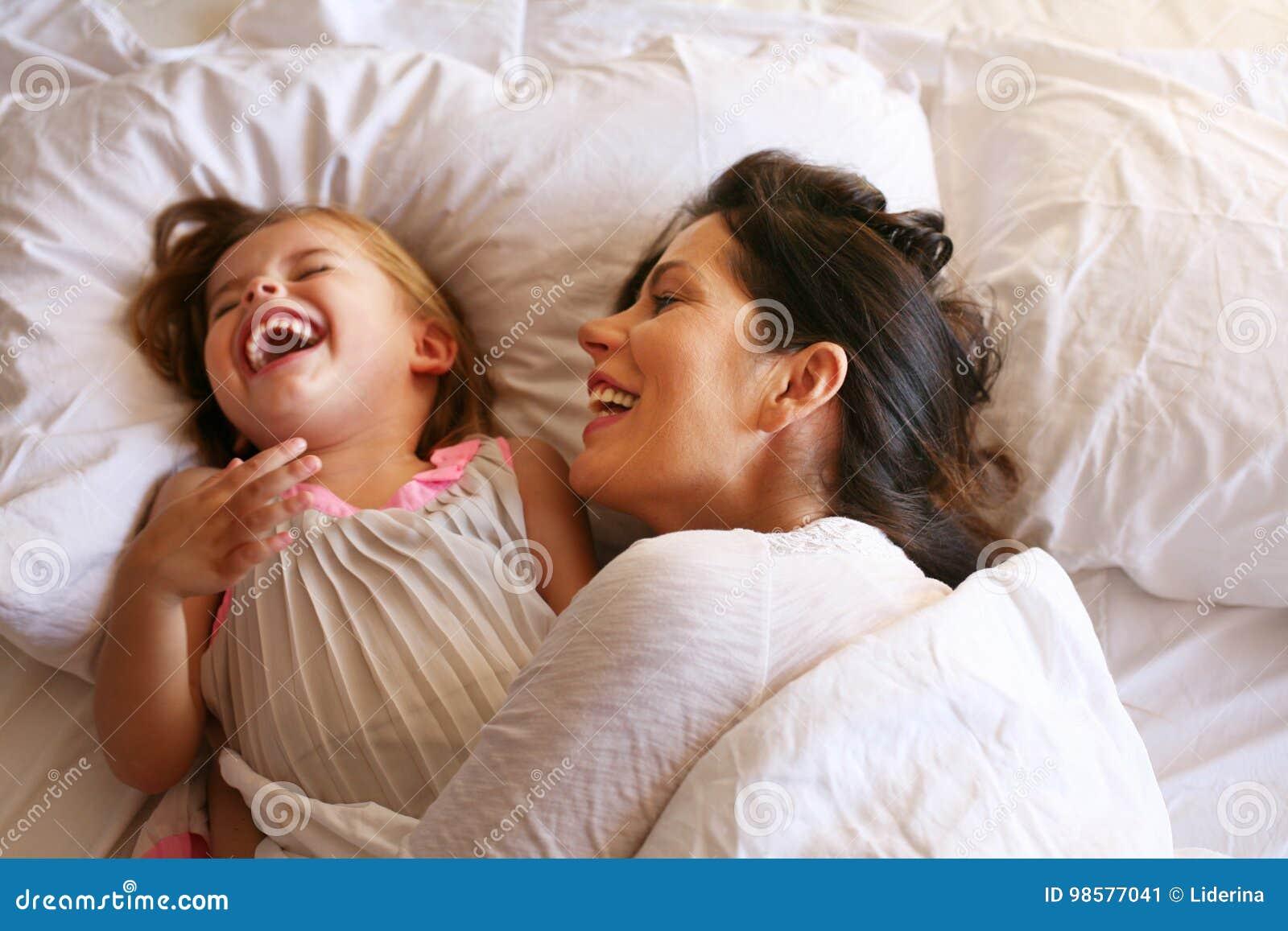 Трахнул свою дочь и мать, Секс с дочерью » Порно мамочки онлайн Full HD 25 фотография