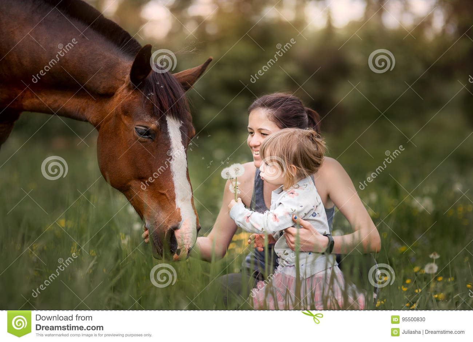 Мать и дочь с лошадью
