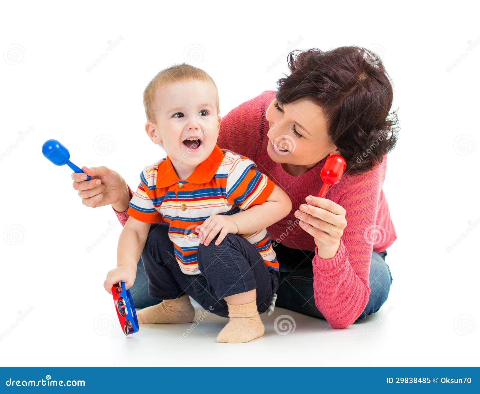 Мальчик матери и малыша имея потеху
