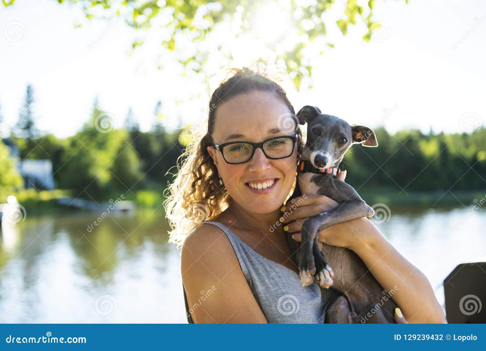 Мать и собака на летний день пристани теплый имея полезного время работы