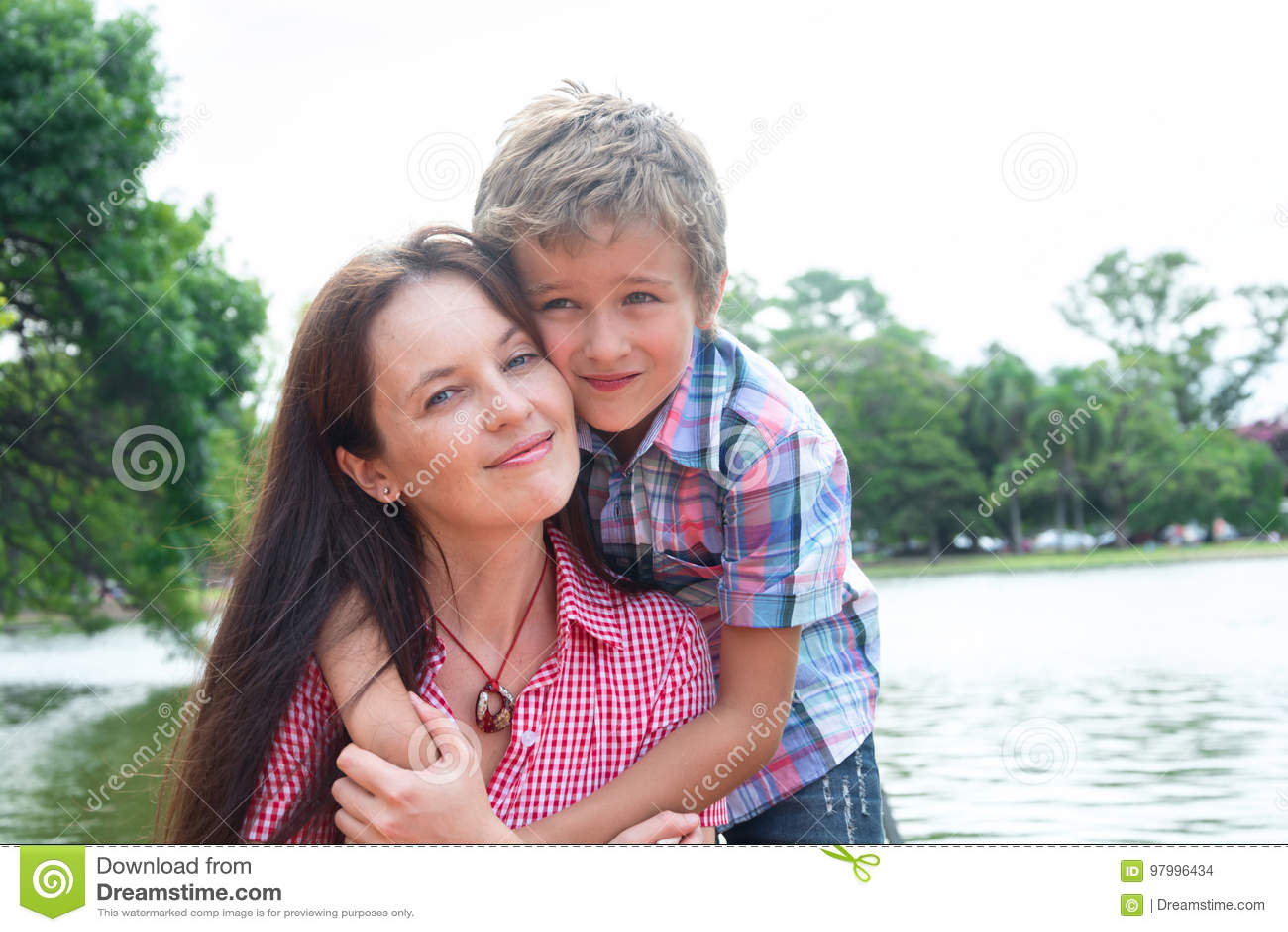 Мать и сын в парке