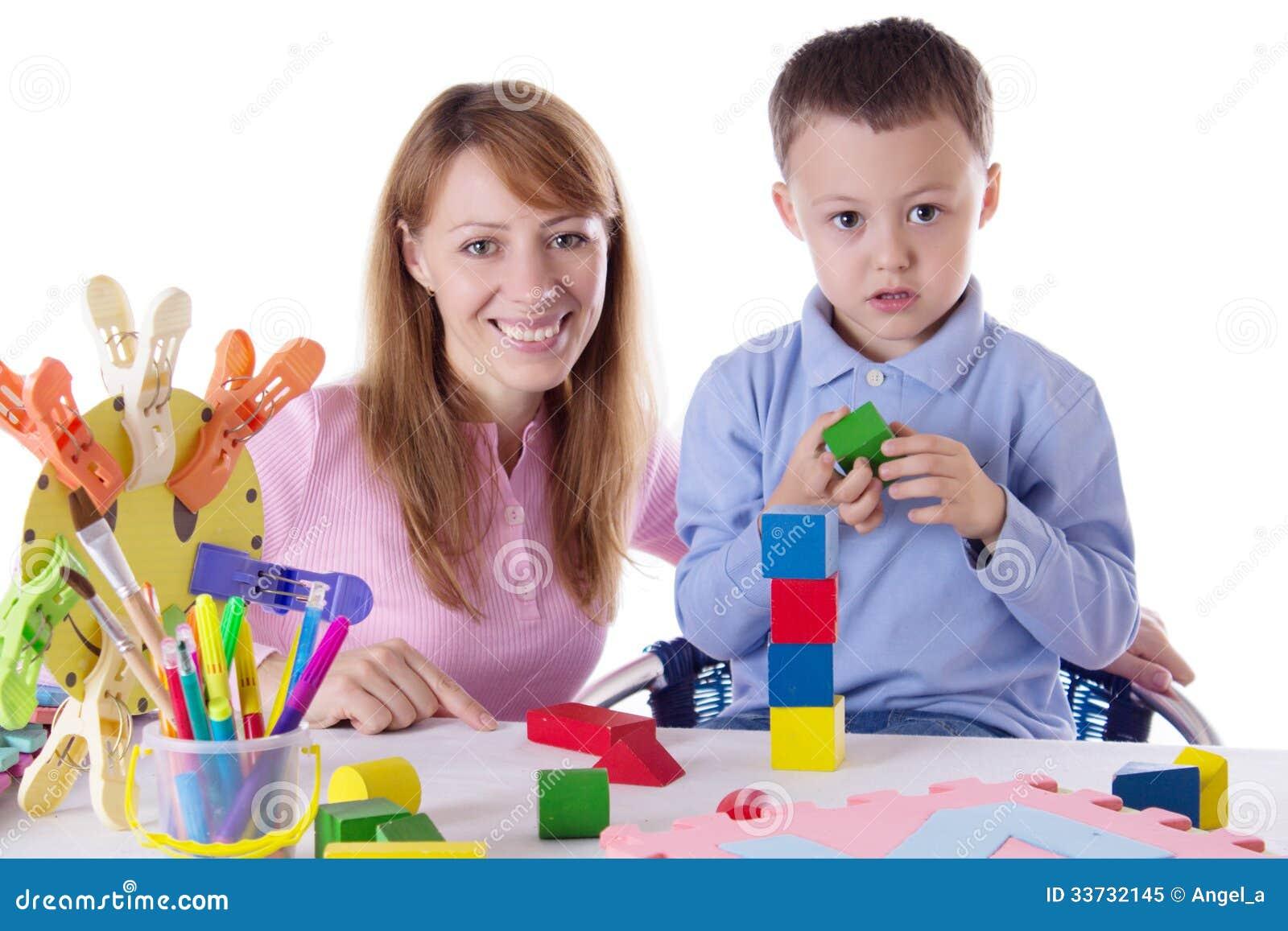 Мать и сын играя с кубами