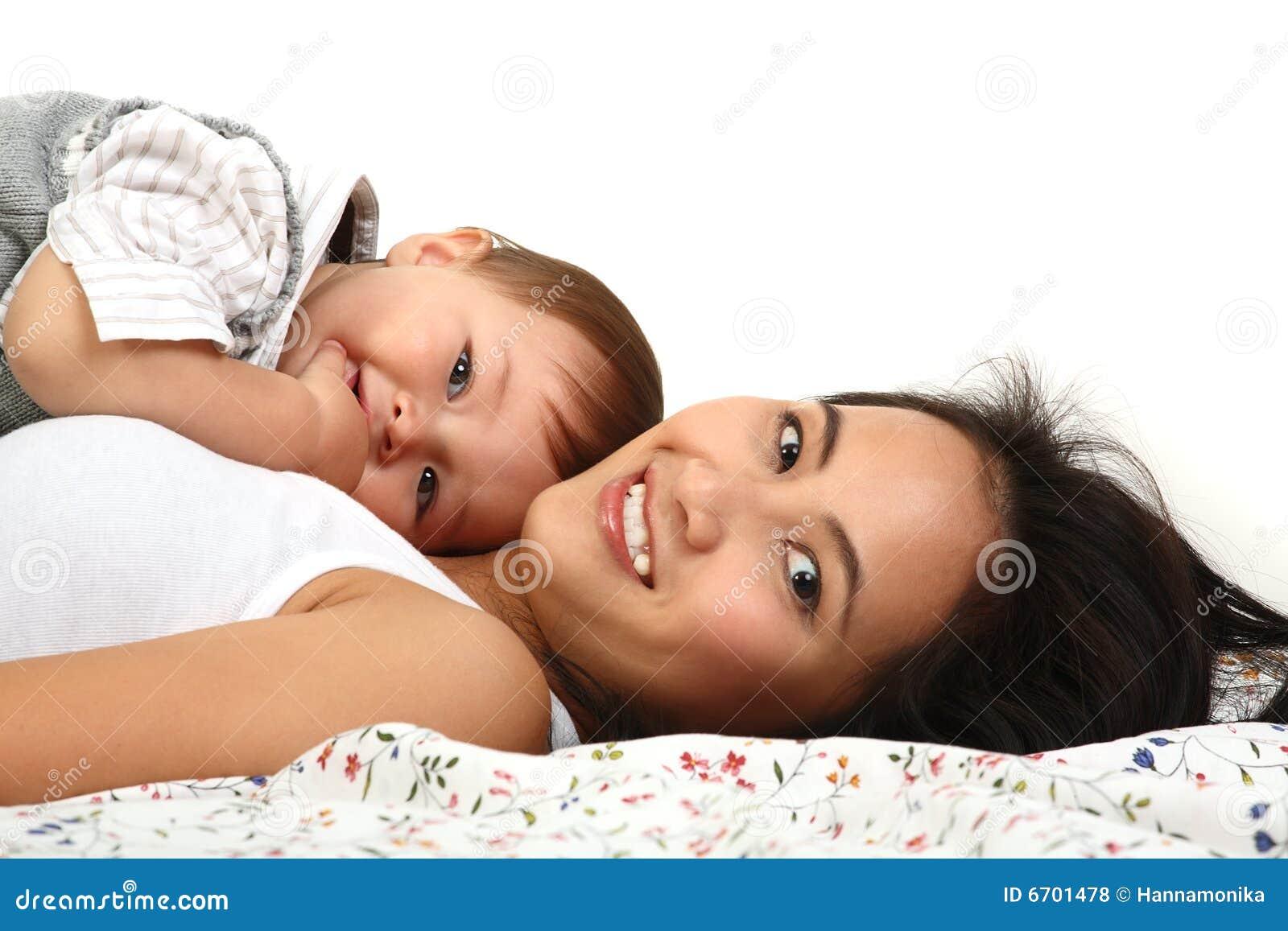 мать младенца счастливая