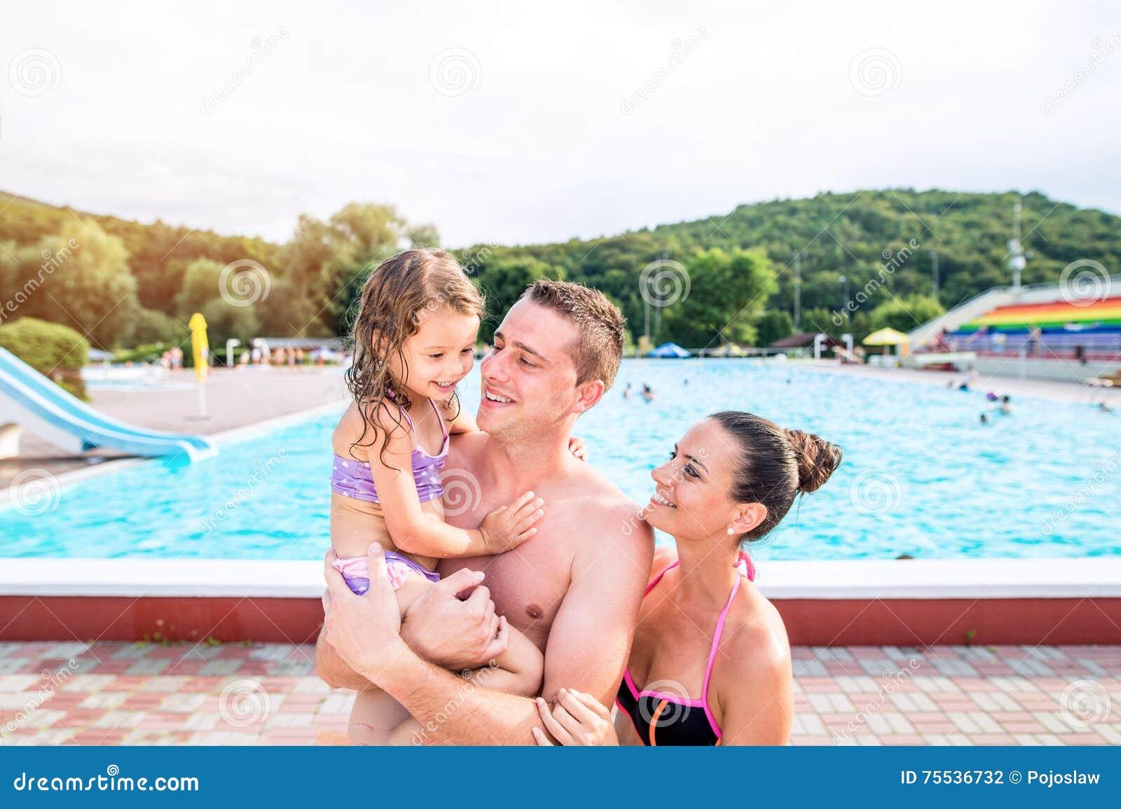 мамочка возле бассейна важным