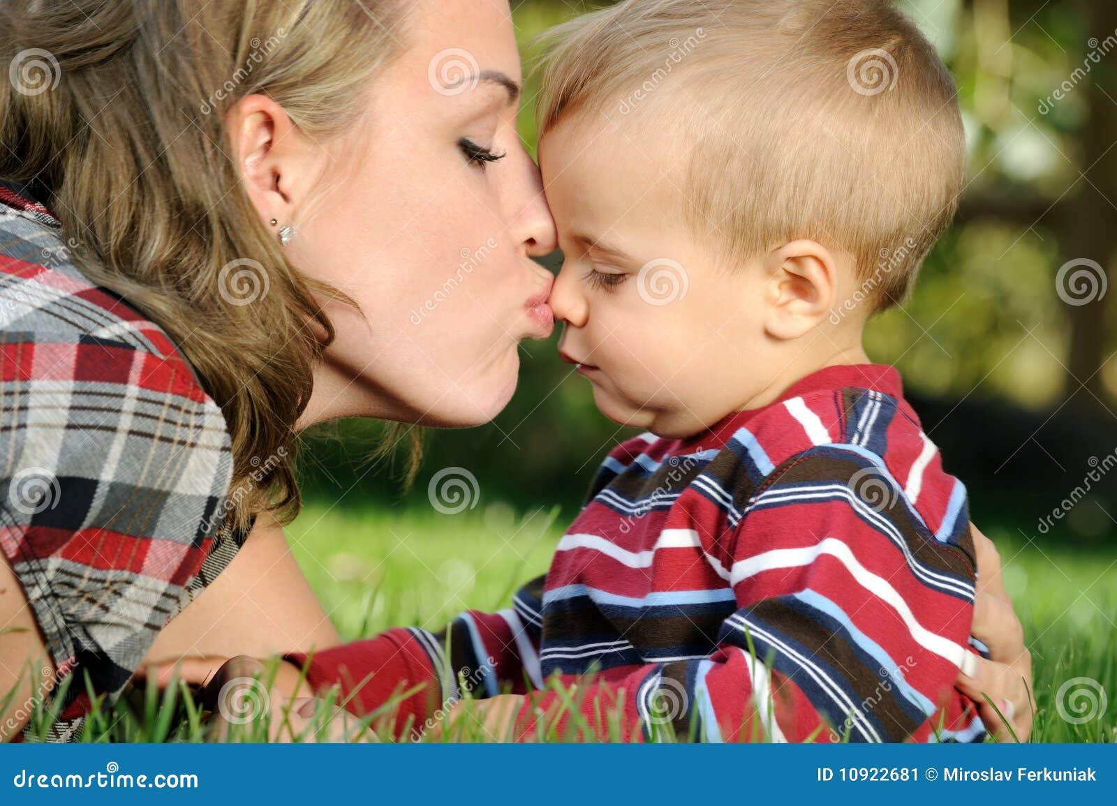 Сын чмокнул свою мать, Сын ебёт маму -видео. Смотреть сын ебёт маму 18 фотография