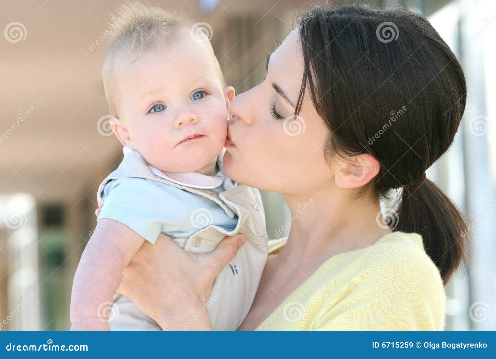мать прелестной семьи ребёнка счастливая
