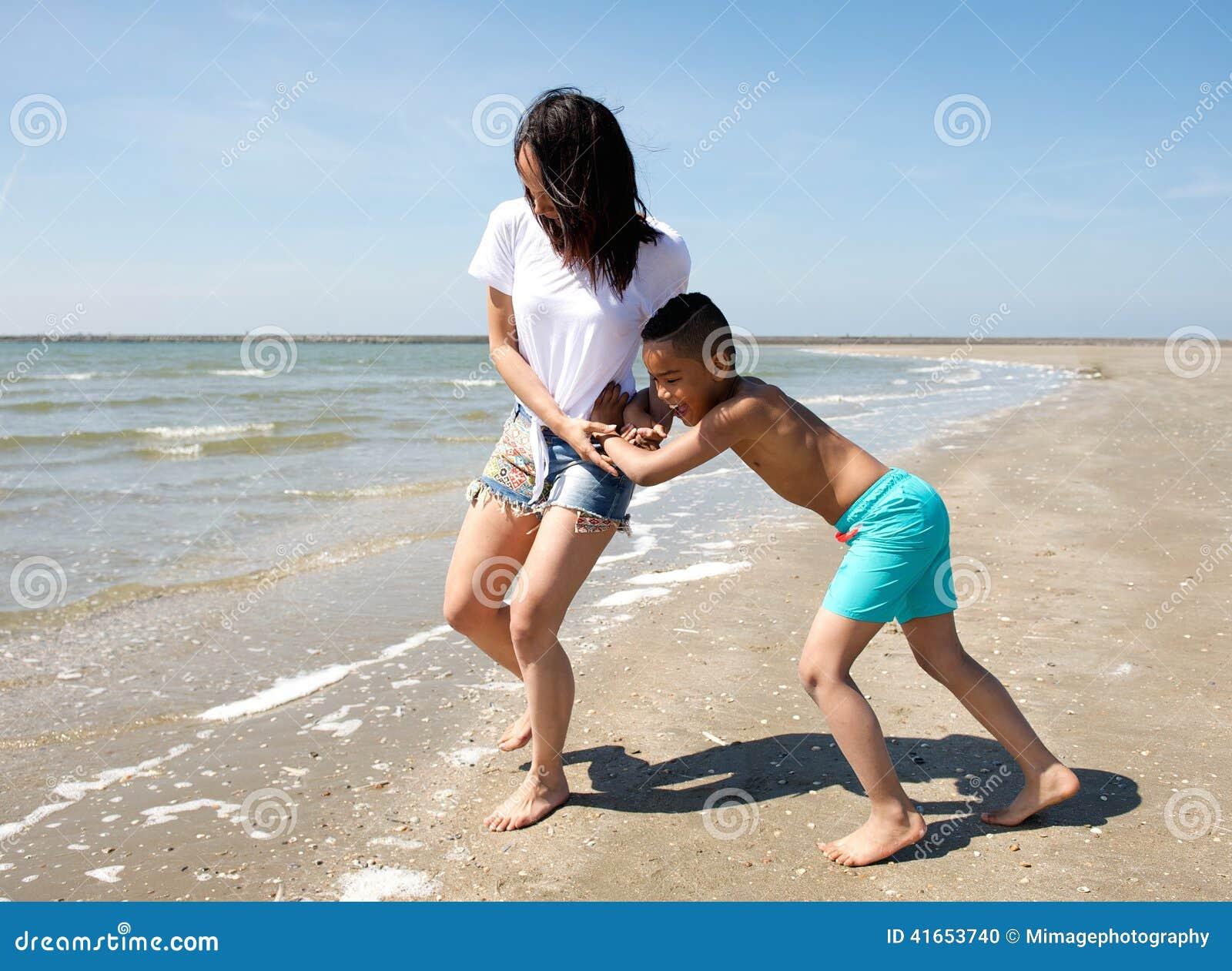 мать пляжа играя сынка