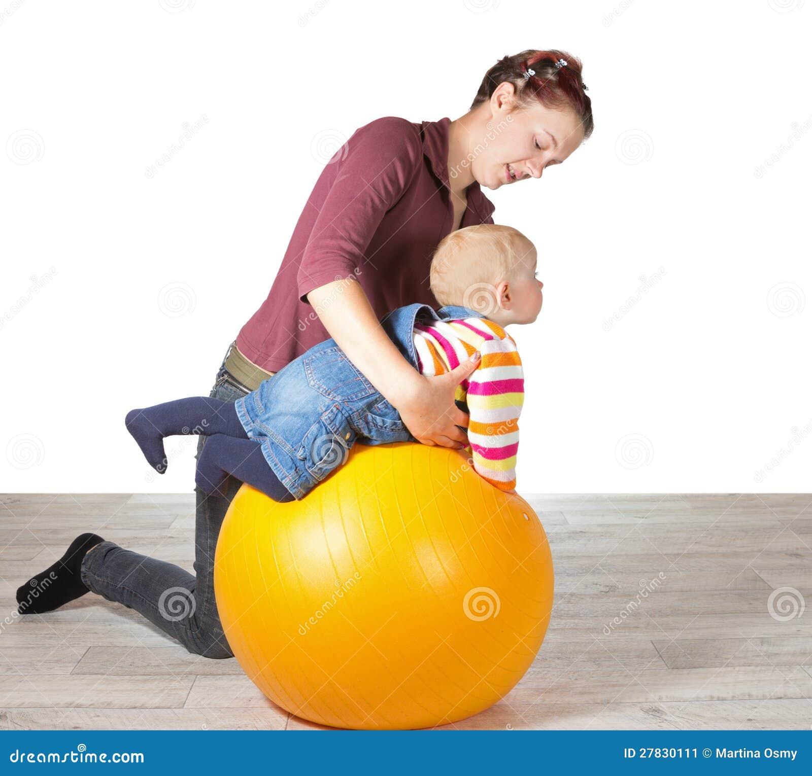 Мать работая ее молодого младенца