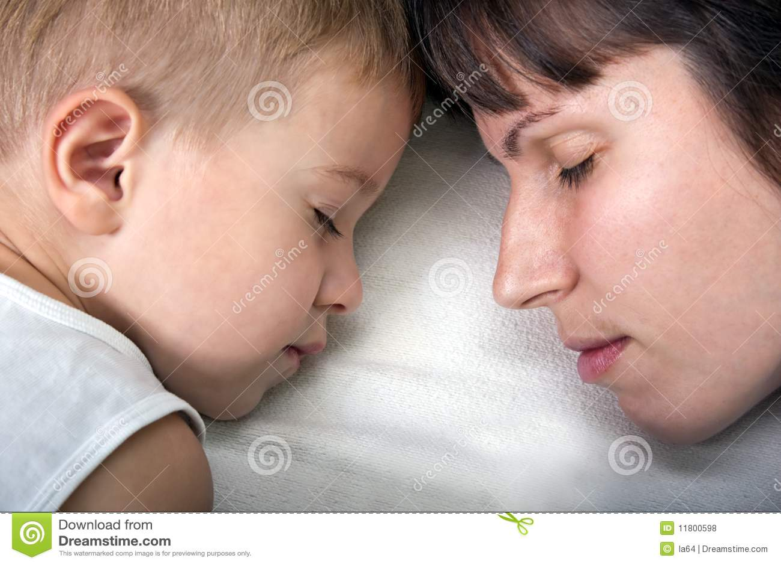 Чулки мамы возбудили сына, Ножки мамы в колготках возбудили сына 27 фотография