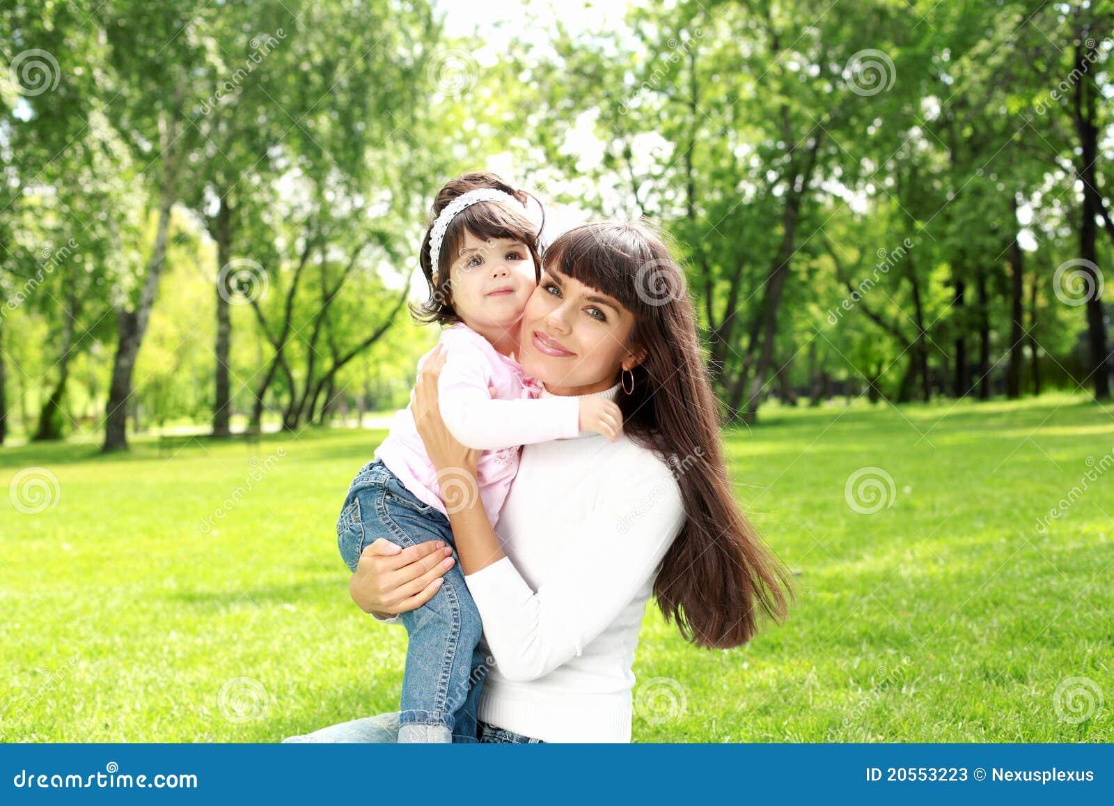 Мать с ее дочью снаружи