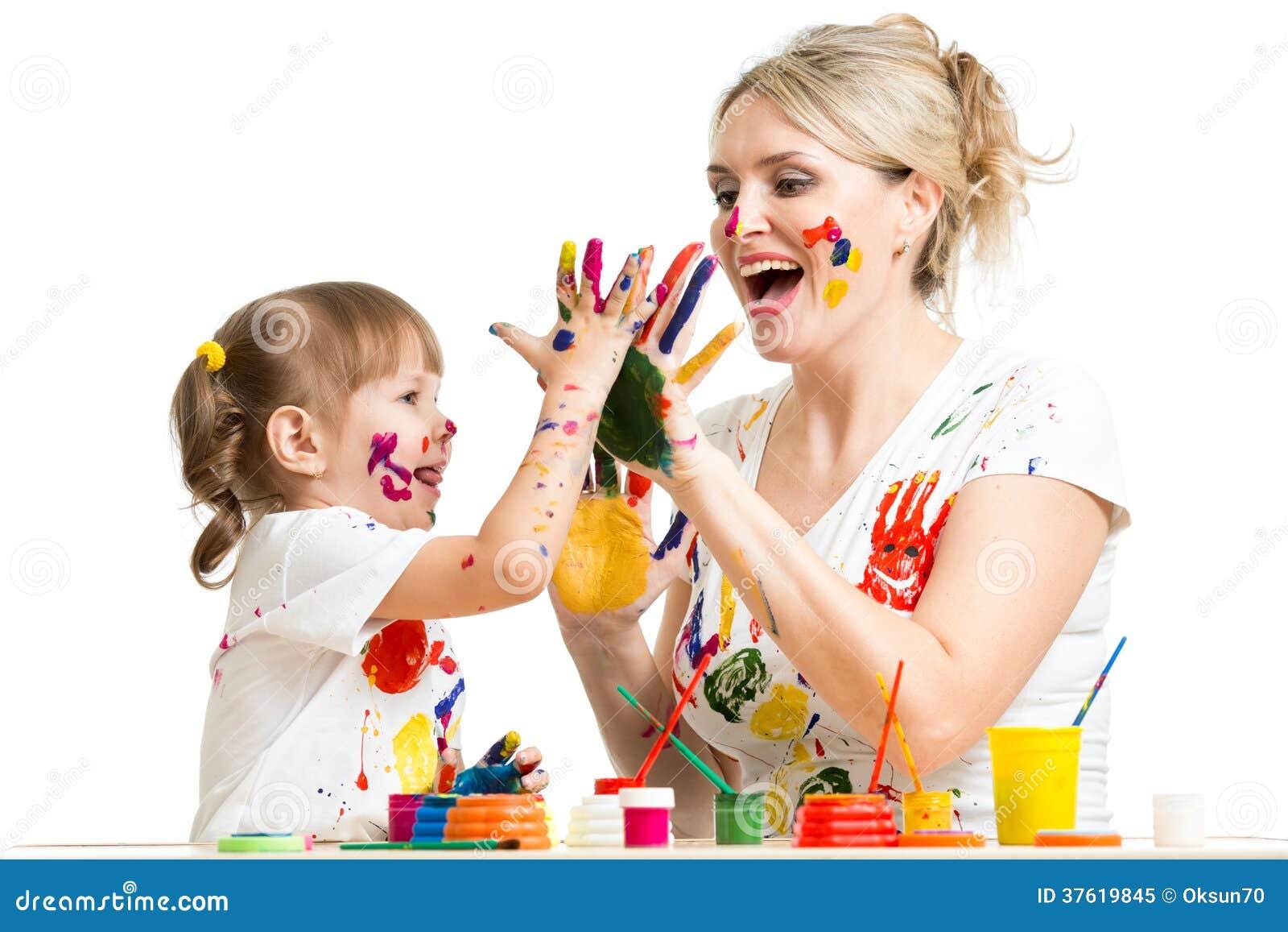 Мать с краской ребенка и имеет времяпровождение потехи