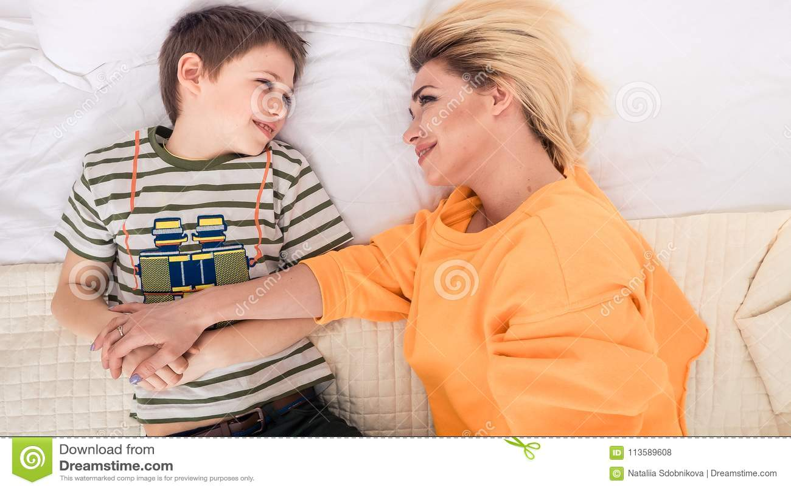 Секс сын трахает мать на диване, Порно русских мамочек, сын трахает маму 19 фотография