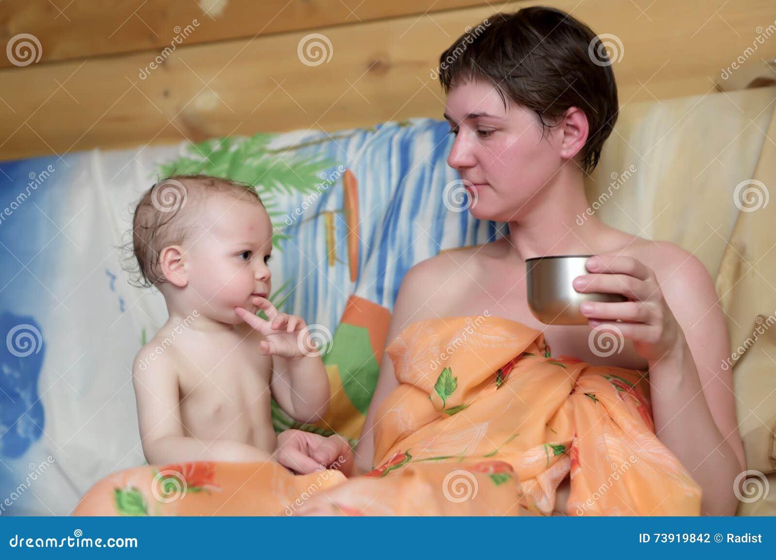 Фото ню сын с мамой в бане, Мамка с роскошным телом парится в бане - порно фото 28 фотография