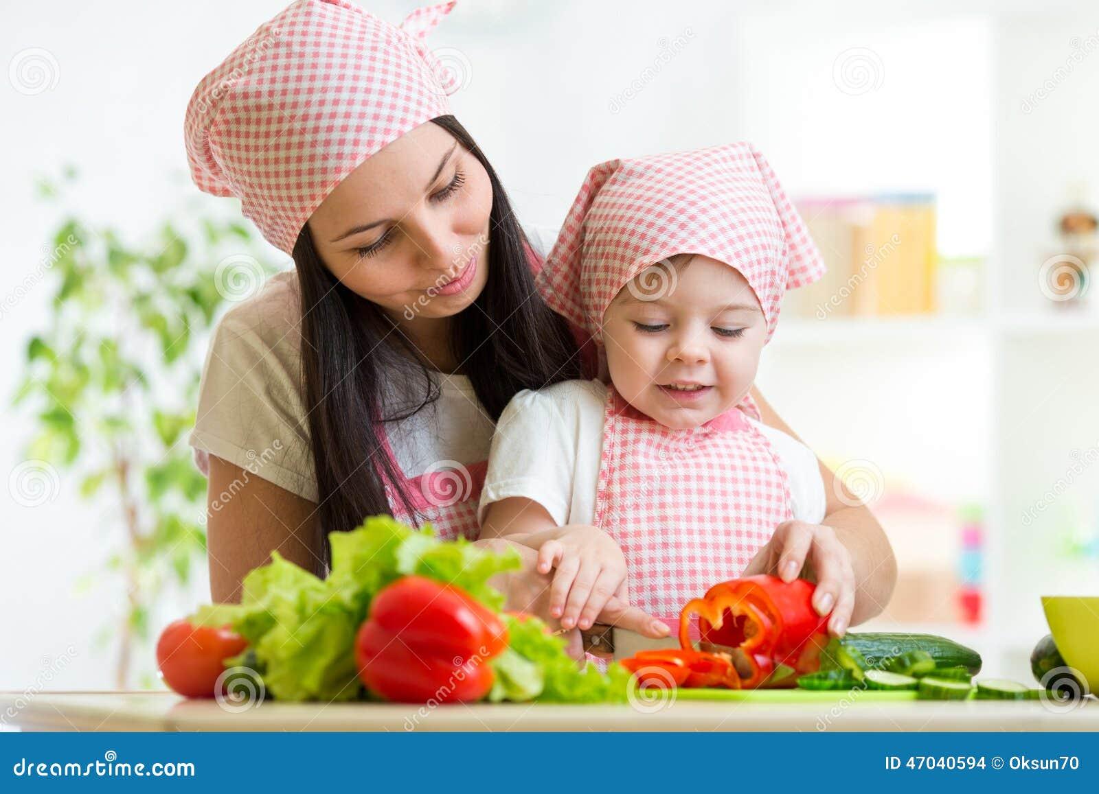 Учит молодая мама дочь