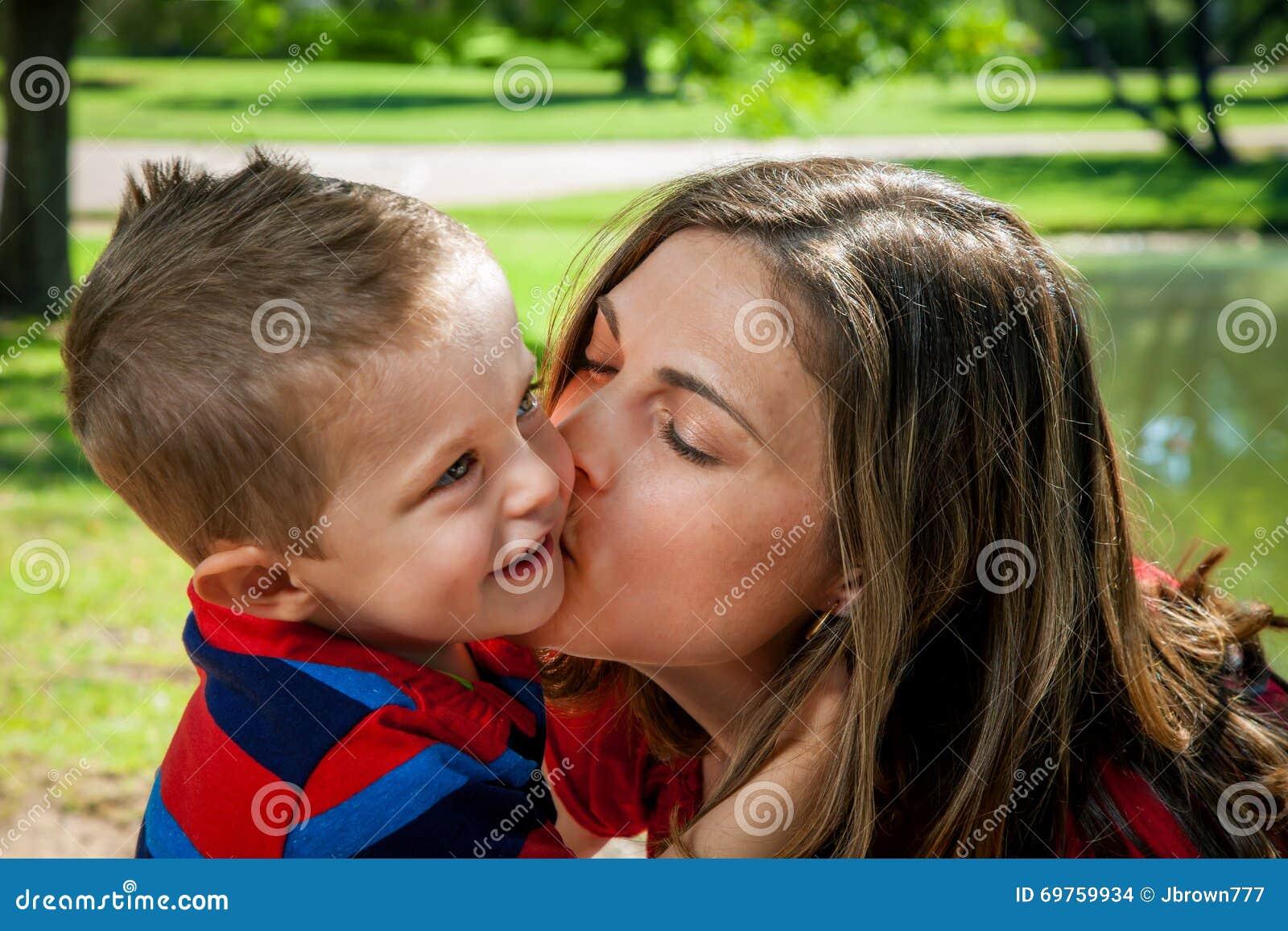 Сын чмокнул свою мать, Сын ебёт маму -видео. Смотреть сын ебёт маму 19 фотография