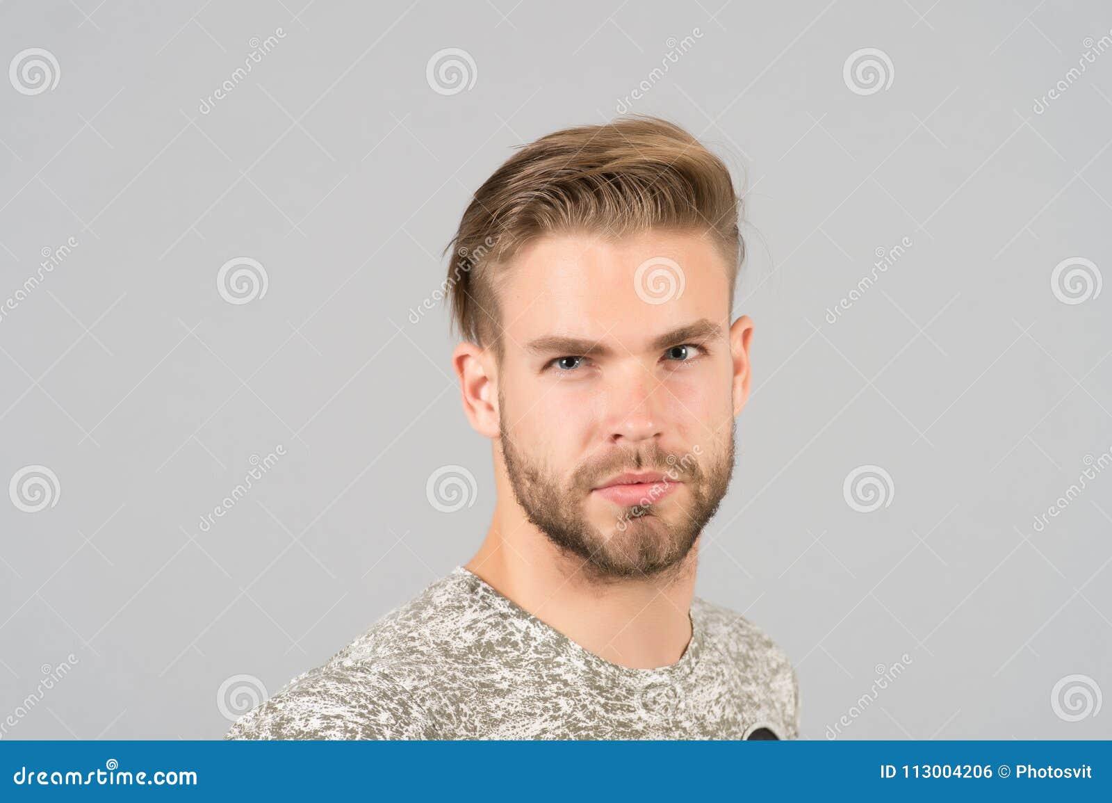 Мачо с бородатой стороной, бородой Человек с светлыми волосами, стрижкой Холить и уход за волосами в салоне красоты, парикмахерск