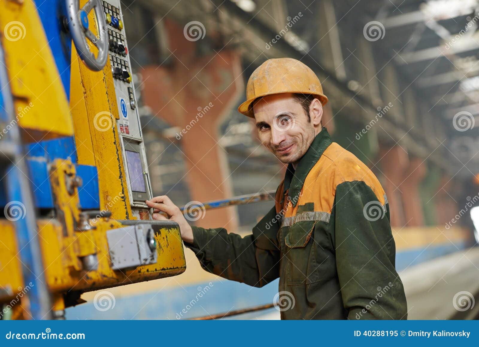 Машина промышленного работника работая