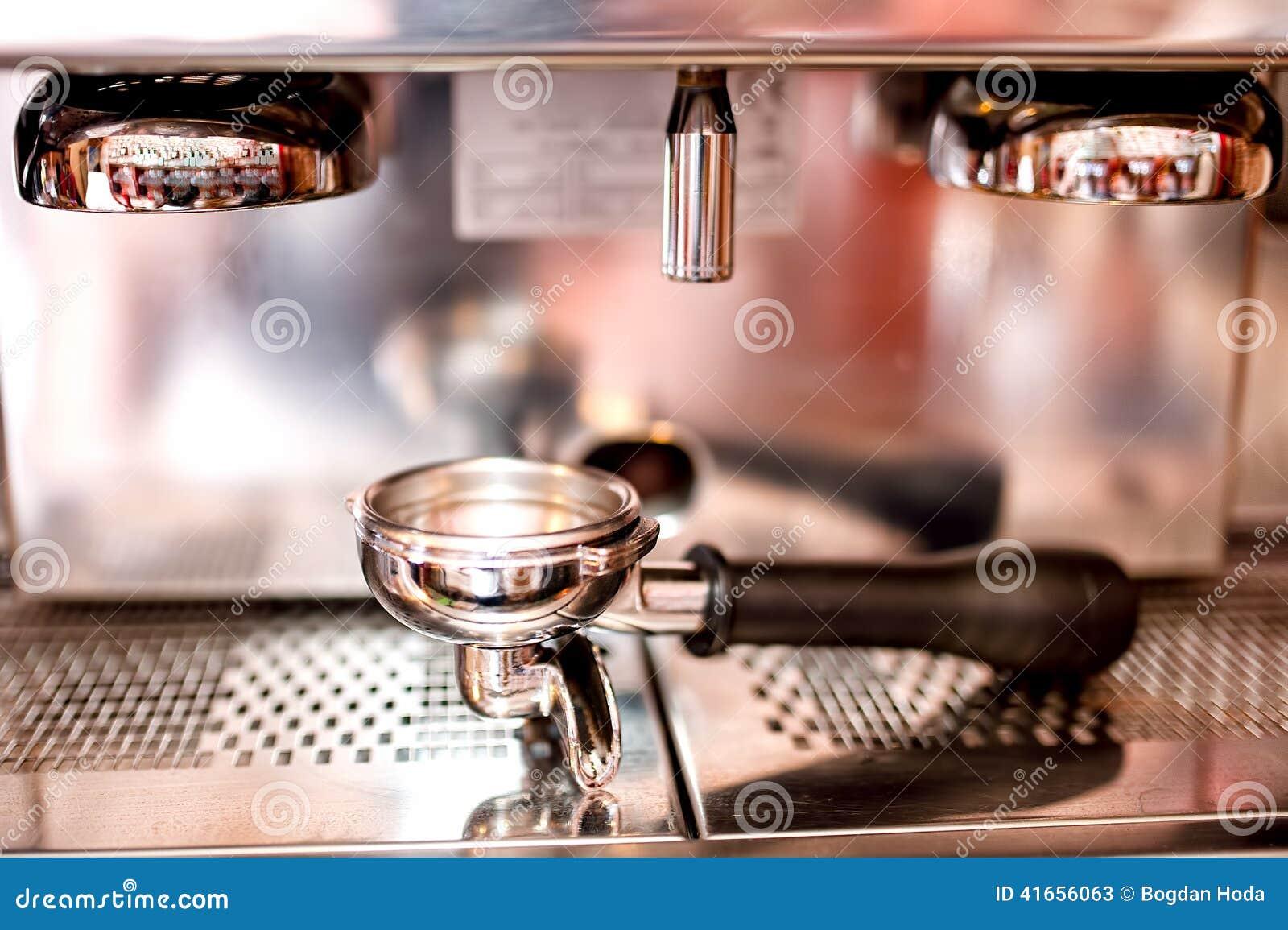 Машина эспрессо с инструментами и аксессуарами как шпалоподбойка, поршень